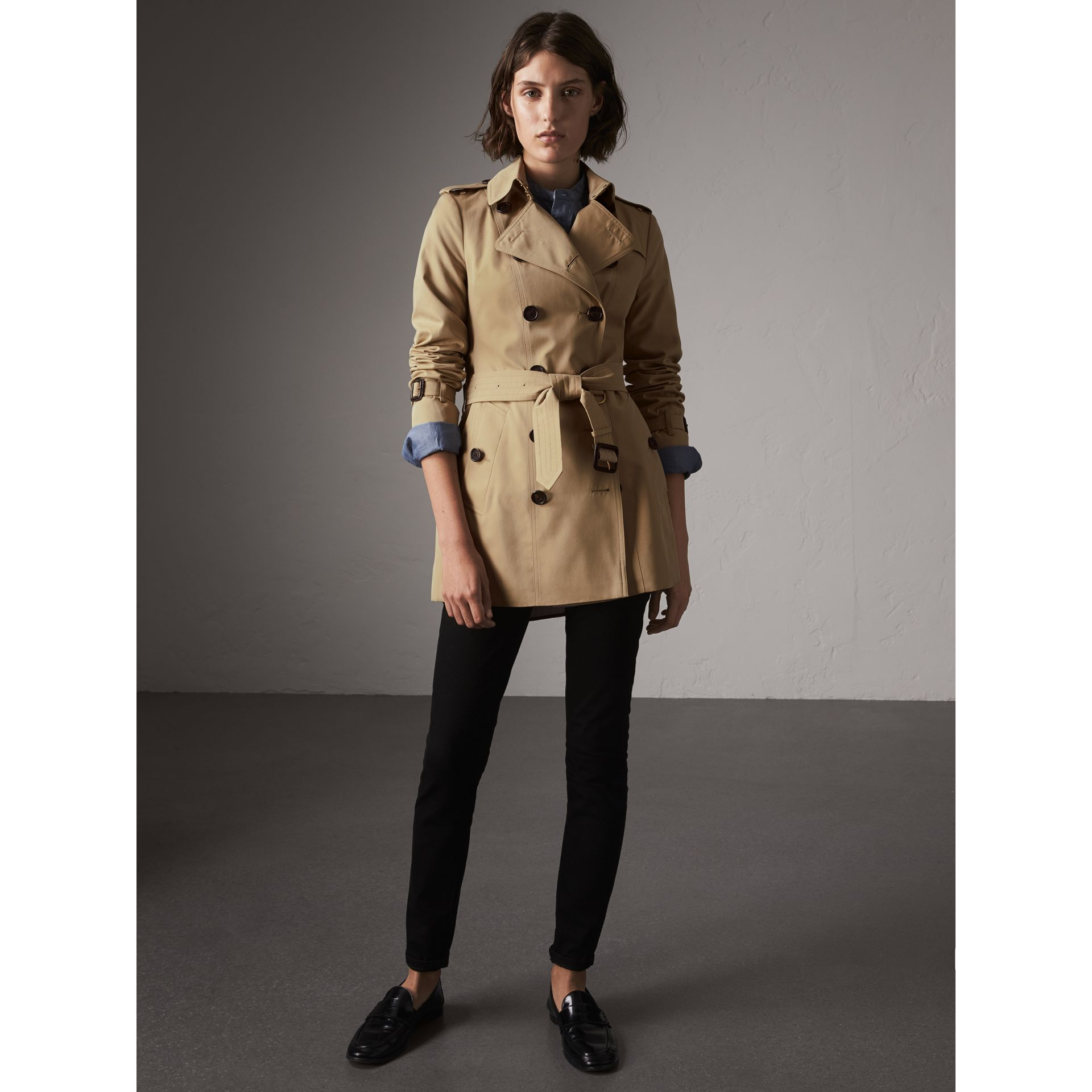 The Sandringham – Short Heritage Trench Coat in Honey - Women | Burberry Singapore - gallery image 6