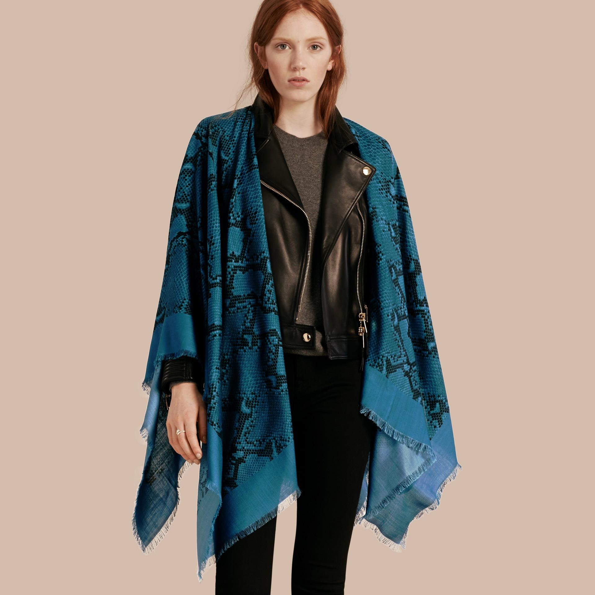 Mineral blue Poncho leve de lã, seda e cashmere com estampa de píton Mineral Blue - galeria de imagens 1
