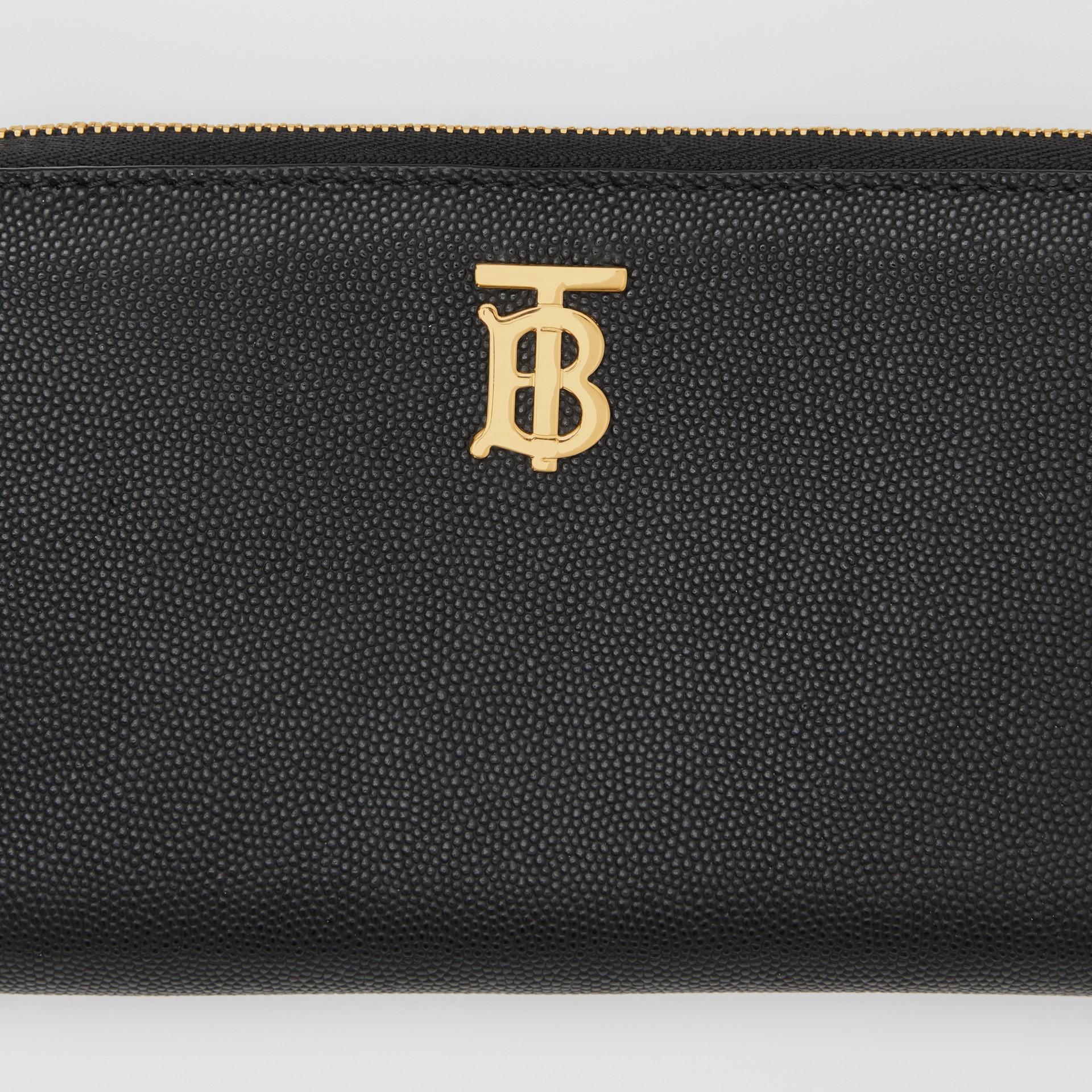 Portefeuille zippé en cuir grainé Monogram (Noir) - Femme | Burberry Canada - photo de la galerie 1