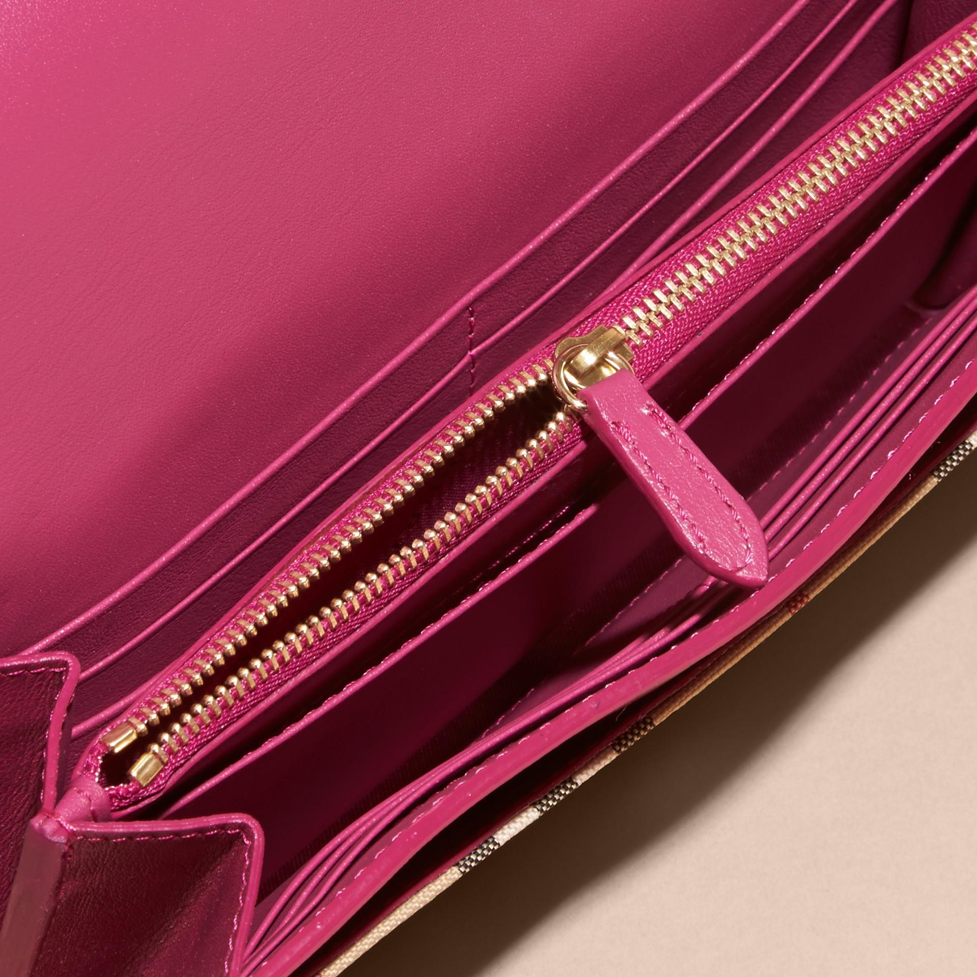 Fucsia brillante Portafoglio con pelle e motivo Horseferry check con catena Fucsia Brillante - immagine della galleria 5