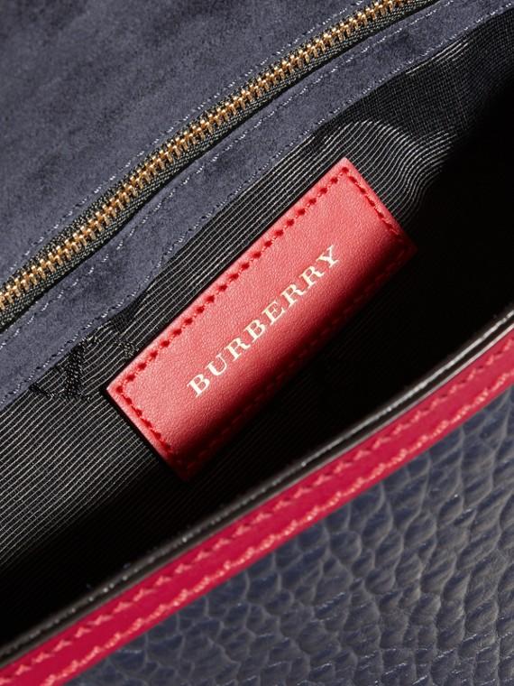 Bleu carbone/rouge parade Clutch en cuir grainé emblématique avec bordure moyenne contrastante - cell image 3