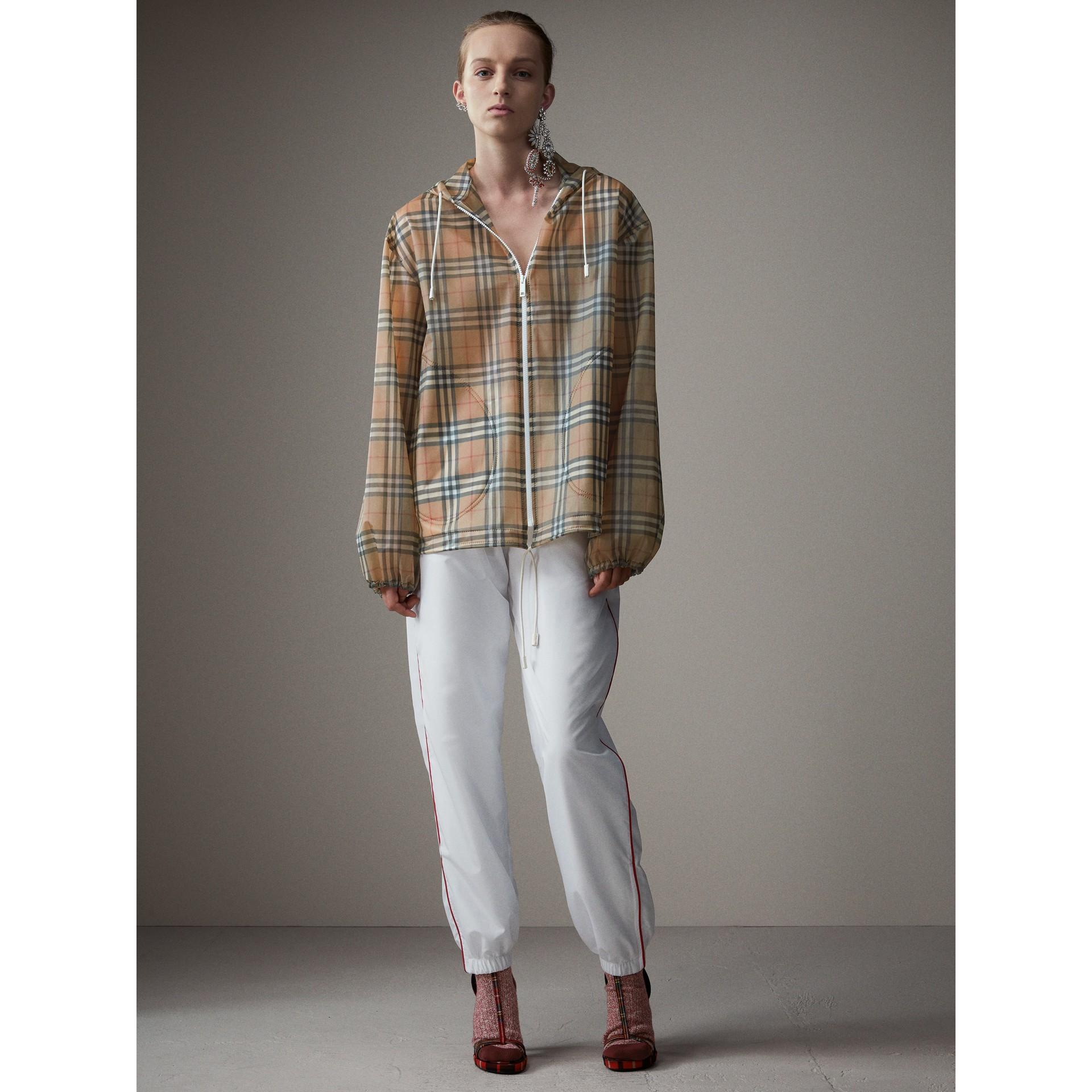 Jaqueta de plástico com capuz e estampa Vintage Check (Amarelo Antigo) - Mulheres | Burberry - galeria de imagens 6
