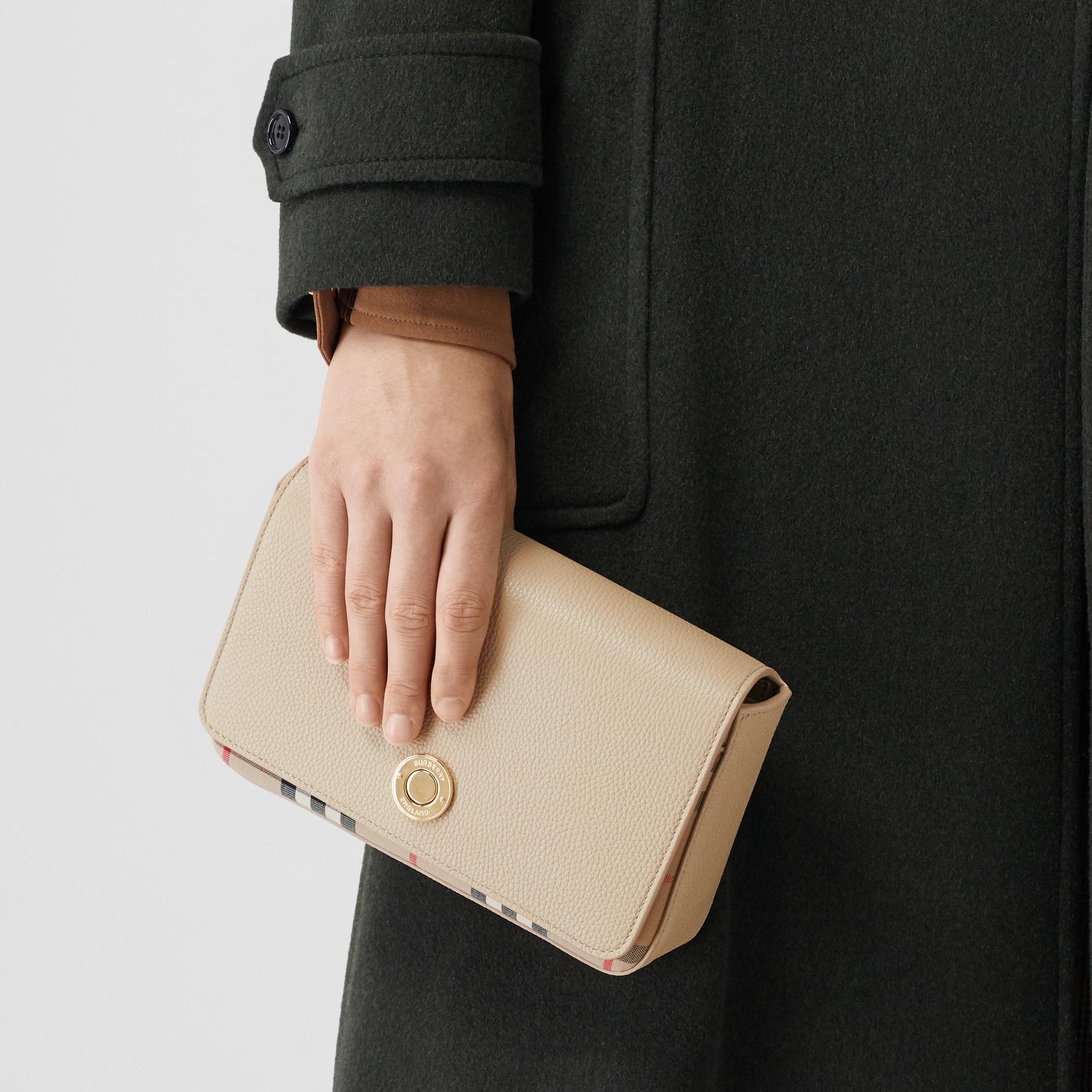 Bolsa transversal de couro e Vintage Check - Pequena (Bege Claro) - Mulheres   Burberry - galeria de imagens 2