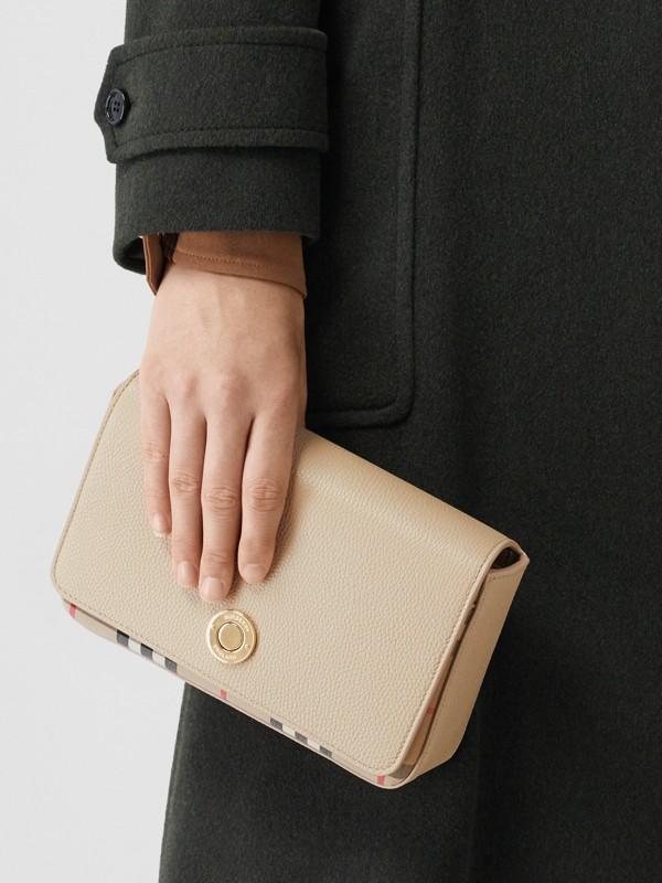 Bolsa transversal de couro e Vintage Check - Pequena (Bege Claro) - Mulheres   Burberry - cell image 2