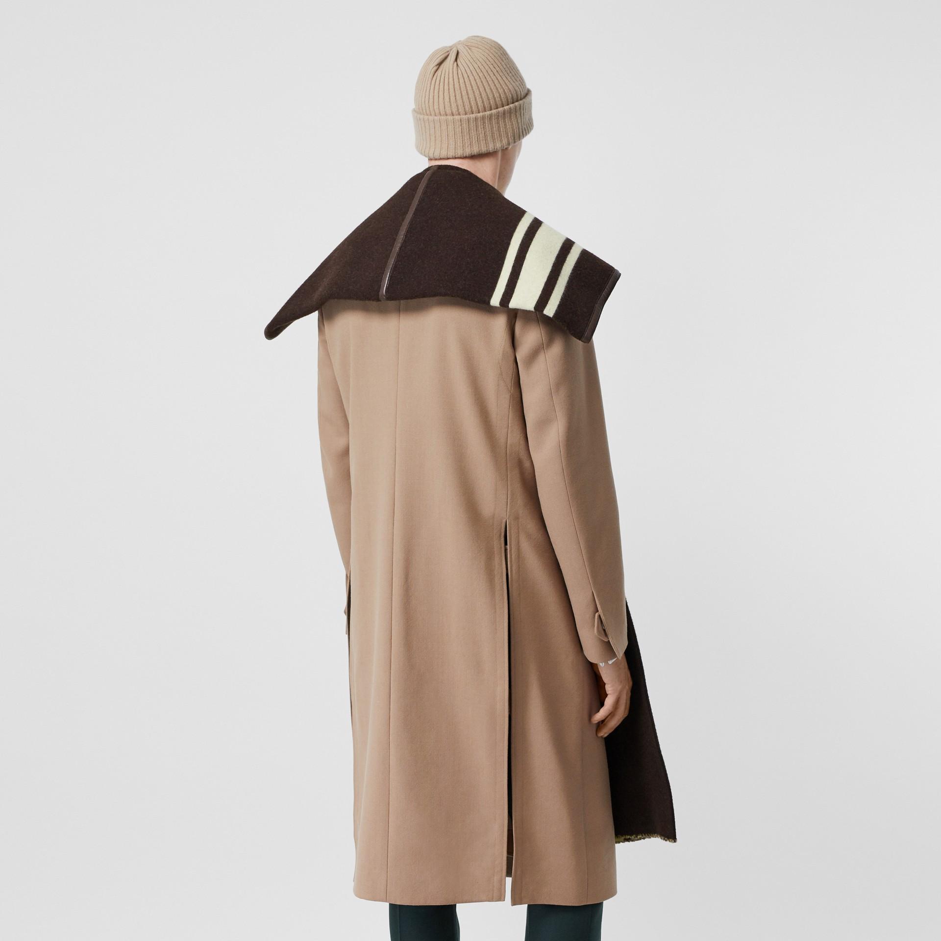 羔羊皮飾帶條紋細節設計羊毛提花披肩 (棕色) - 女款 | Burberry - 圖庫照片 8
