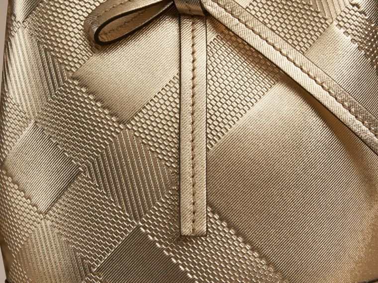 Dourado Bolsa The Baby Bucket de couro com padrão xadrez em relevo - cell image 2