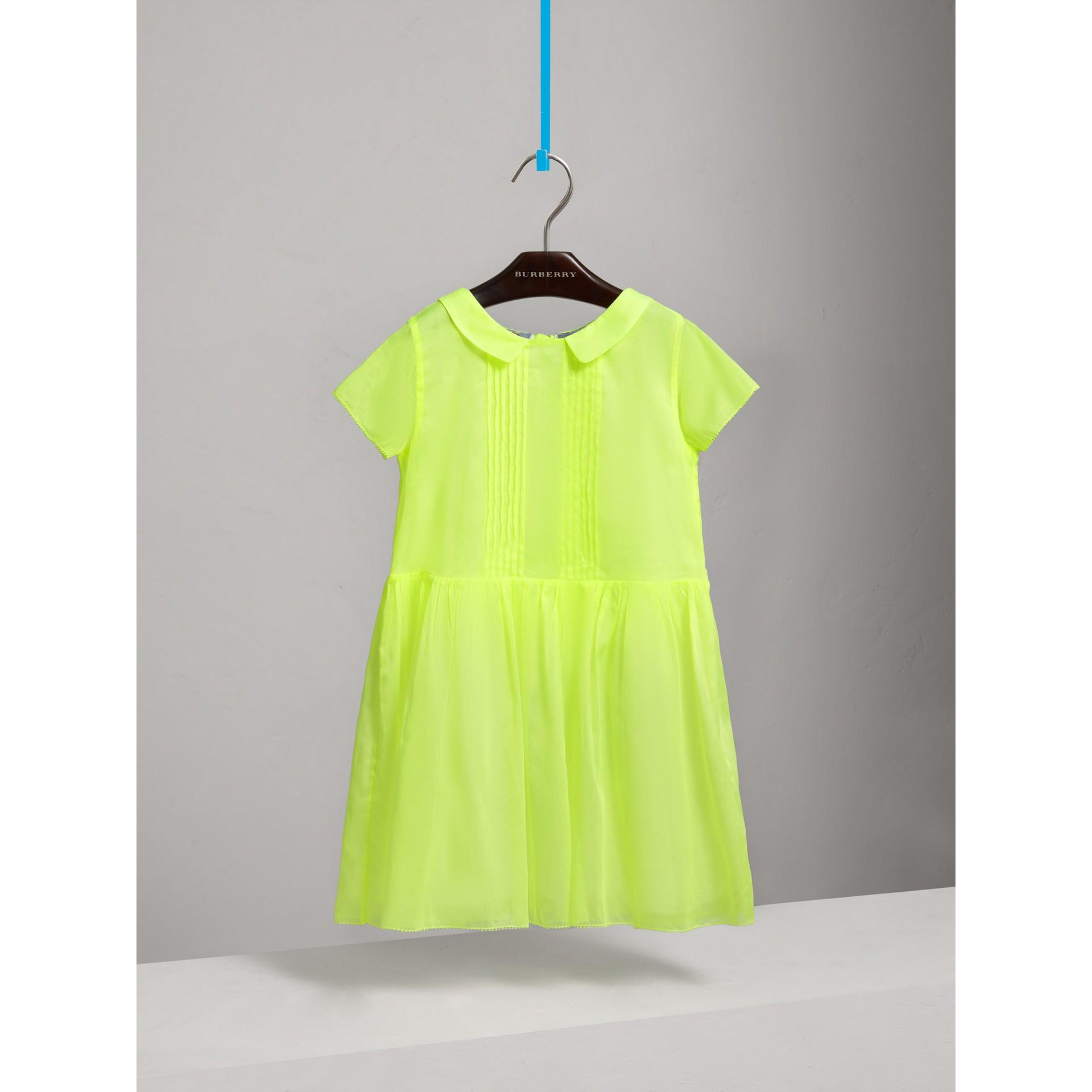 ピンタックディテール コットンボイル ドレス (ネオンイエロー) - ガール | バーバリー - ギャラリーイメージ 2