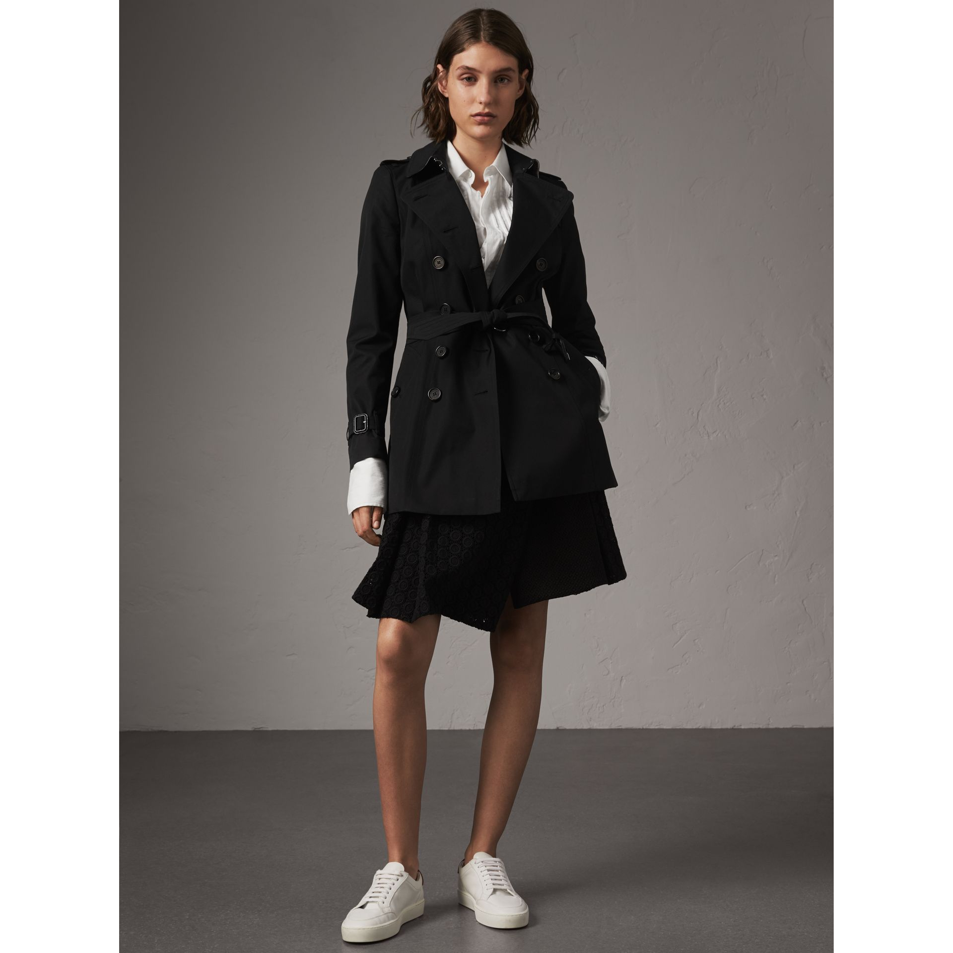 The Chelsea – Short Heritage Trench Coat in Black - Women | Burberry - gallery image 6