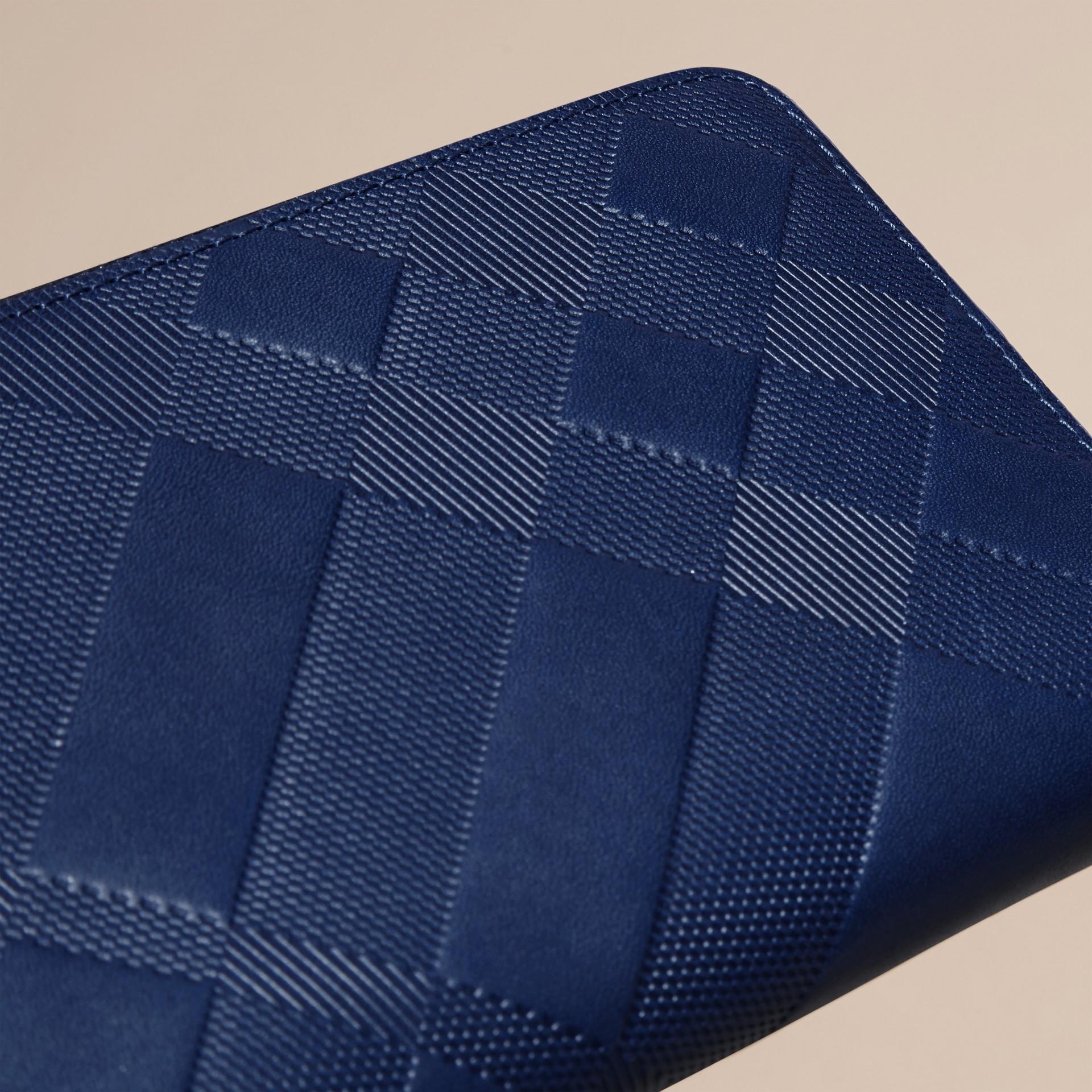 Blu lapislazzulo Portafoglio in pelle con motivo check in rilievo e cerniera su tre lati Blu Lapislazzulo - immagine della galleria 2