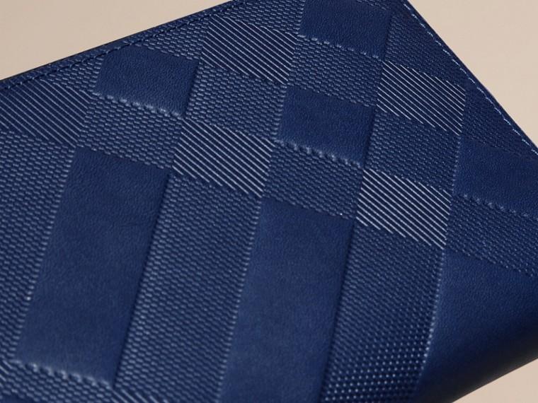 Blu lapislazzulo Portafoglio in pelle con motivo check in rilievo e cerniera su tre lati Blu Lapislazzulo - cell image 1