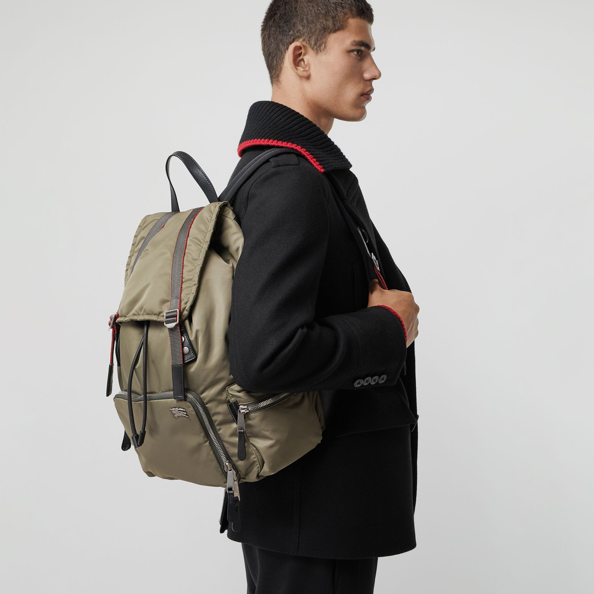 Sac The Rucksack extra-large en nylon façon aviateur (Céladon) - Homme | Burberry - photo de la galerie 4