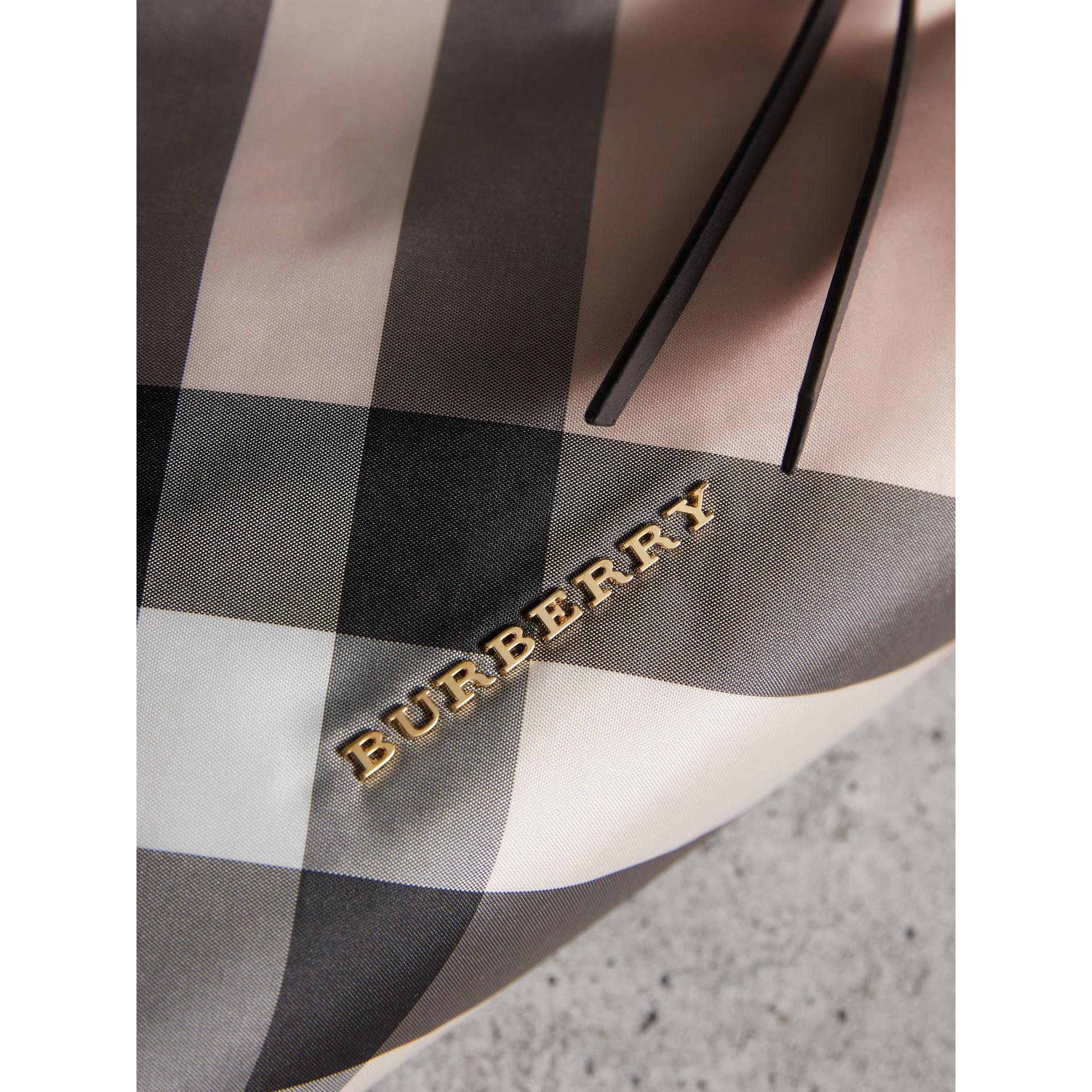 Trousse grande con motivo tartan e cerniera superiore (Rosa Cenere) - Donna | Burberry - immagine della galleria 2