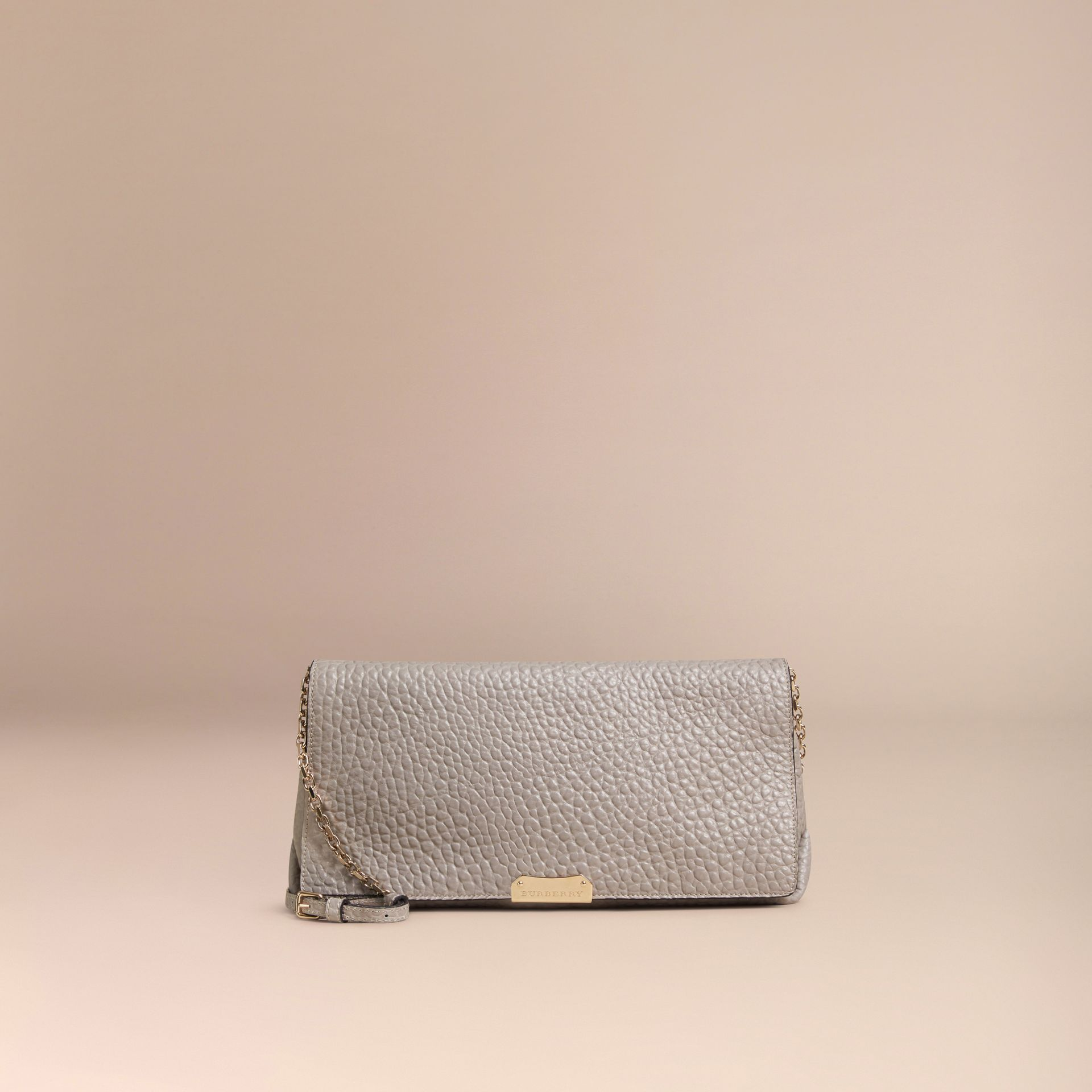 Gris pâle Clutch medium en cuir grainé emblématique Gris Pâle - photo de la galerie 7