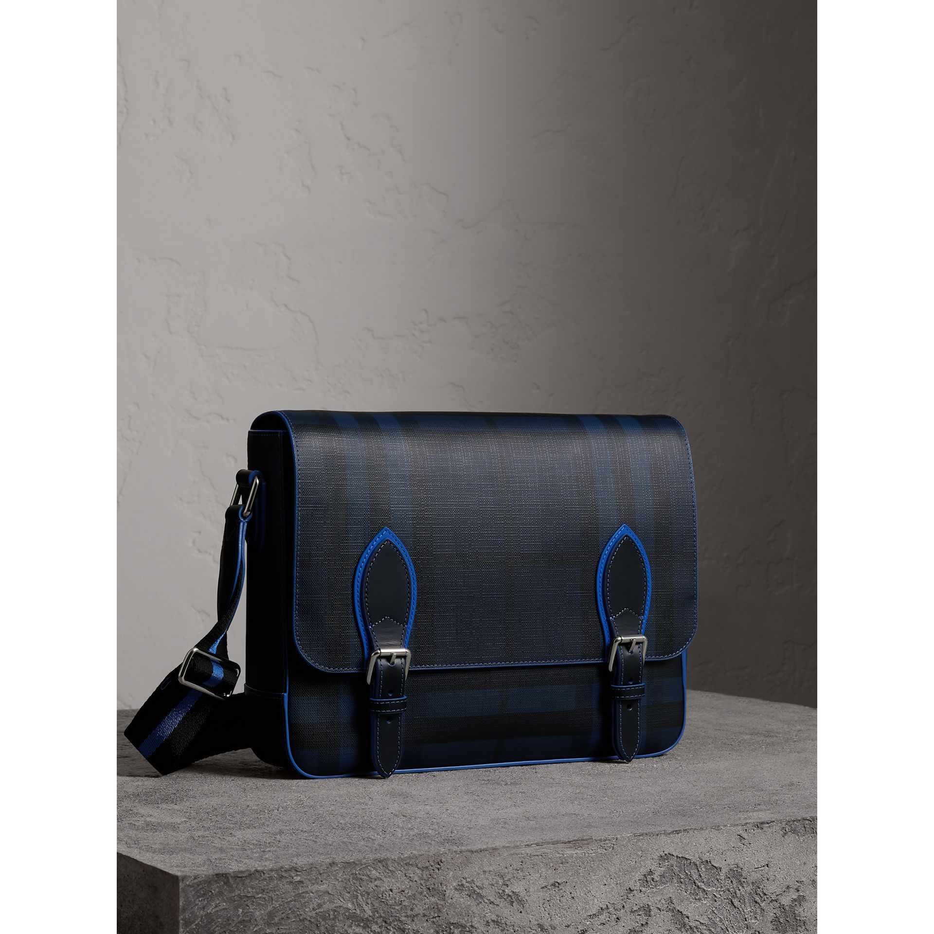 Borsa messenger media bicolore con motivo London check (Navy/blu) - Uomo | Burberry - immagine della galleria 5
