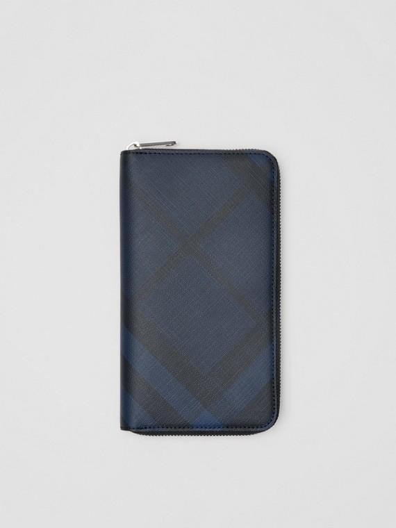 Brieftasche aus London Check-Gewebe und Leder mit umlaufendem Reißverschluss (Marineblau/schwarz)