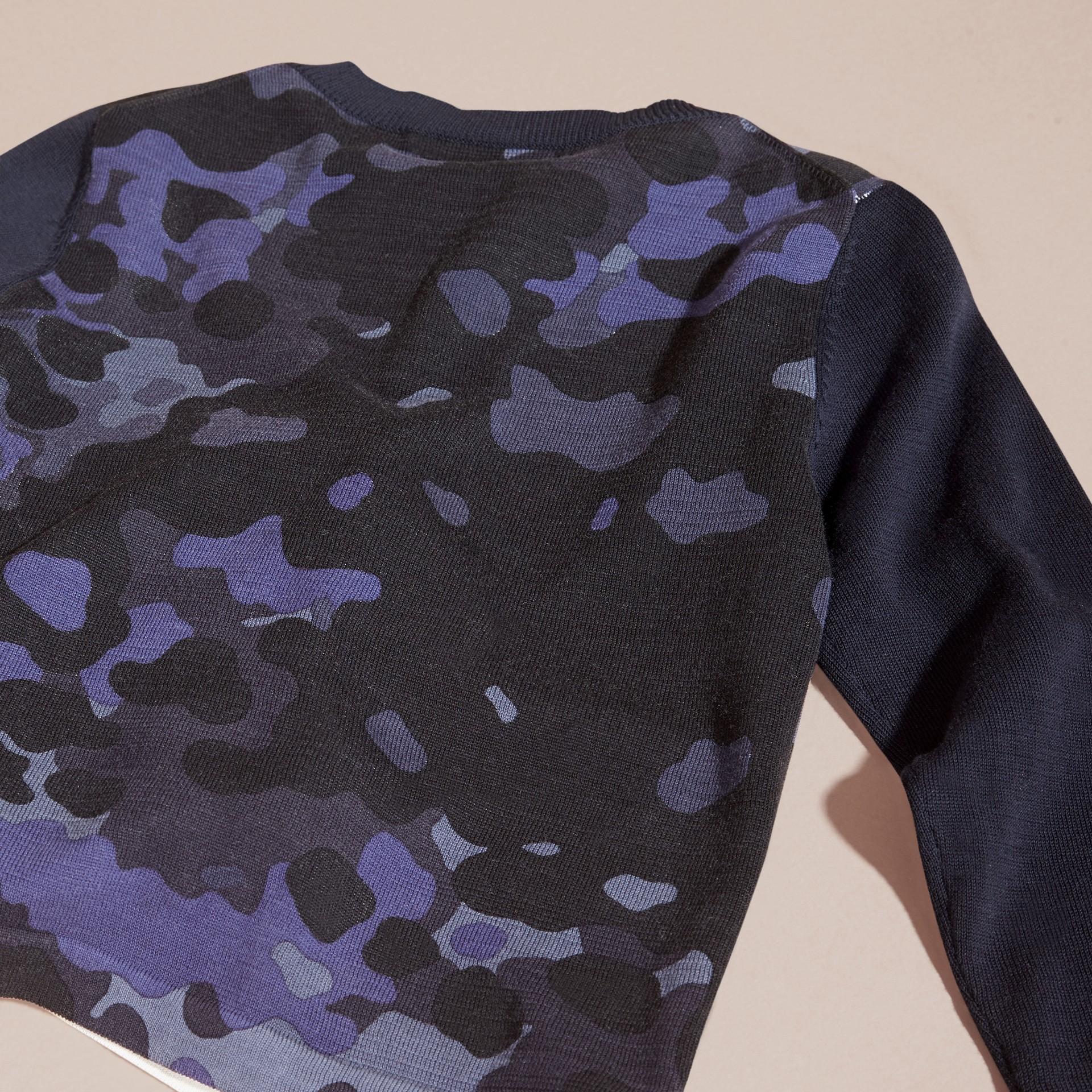 Navy Pullover girocollo in cotone con stampa camouflage - immagine della galleria 4