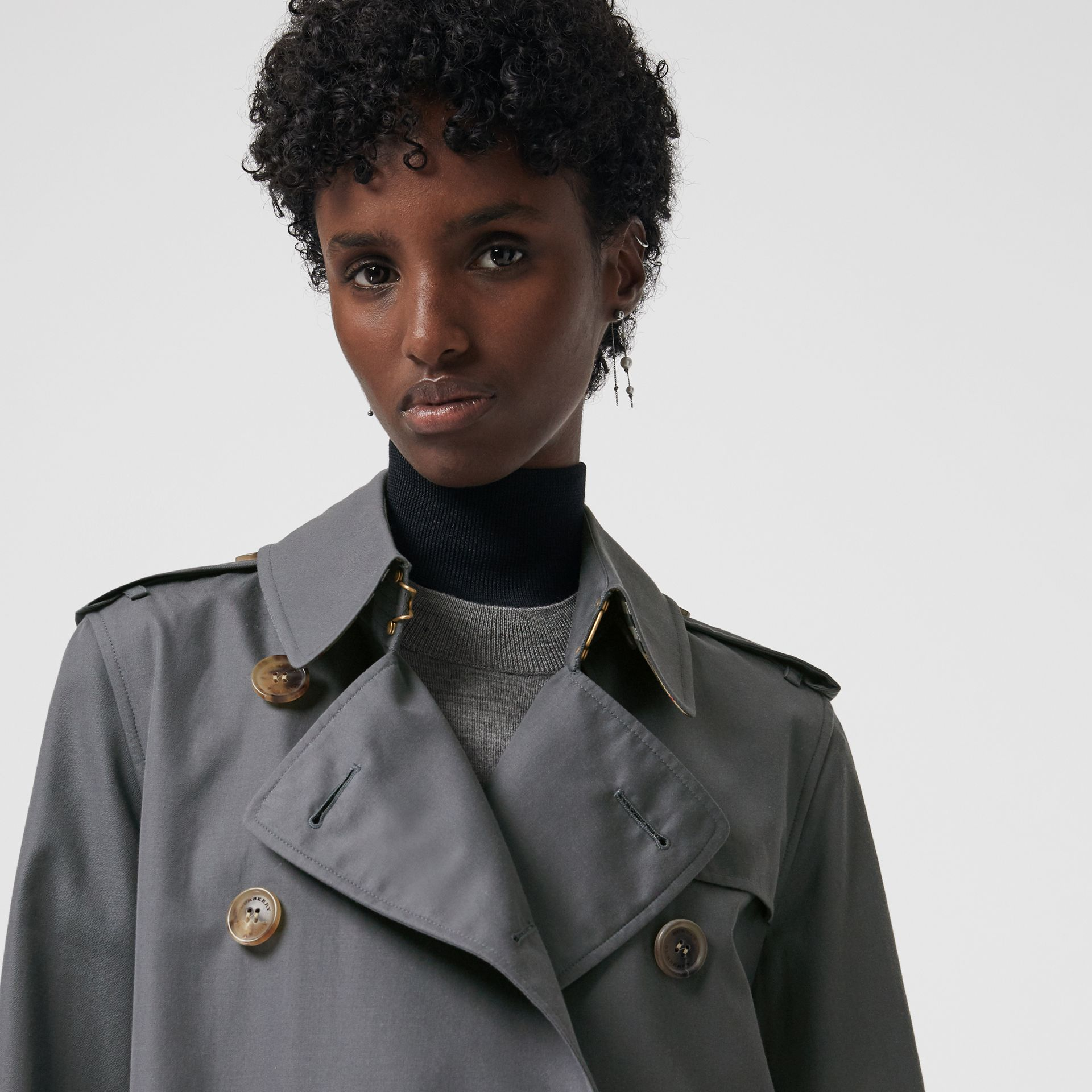 The Long Kensington Heritage Trench Coat in Mid Grey - Women | Burberry United Kingdom - gallery image 1
