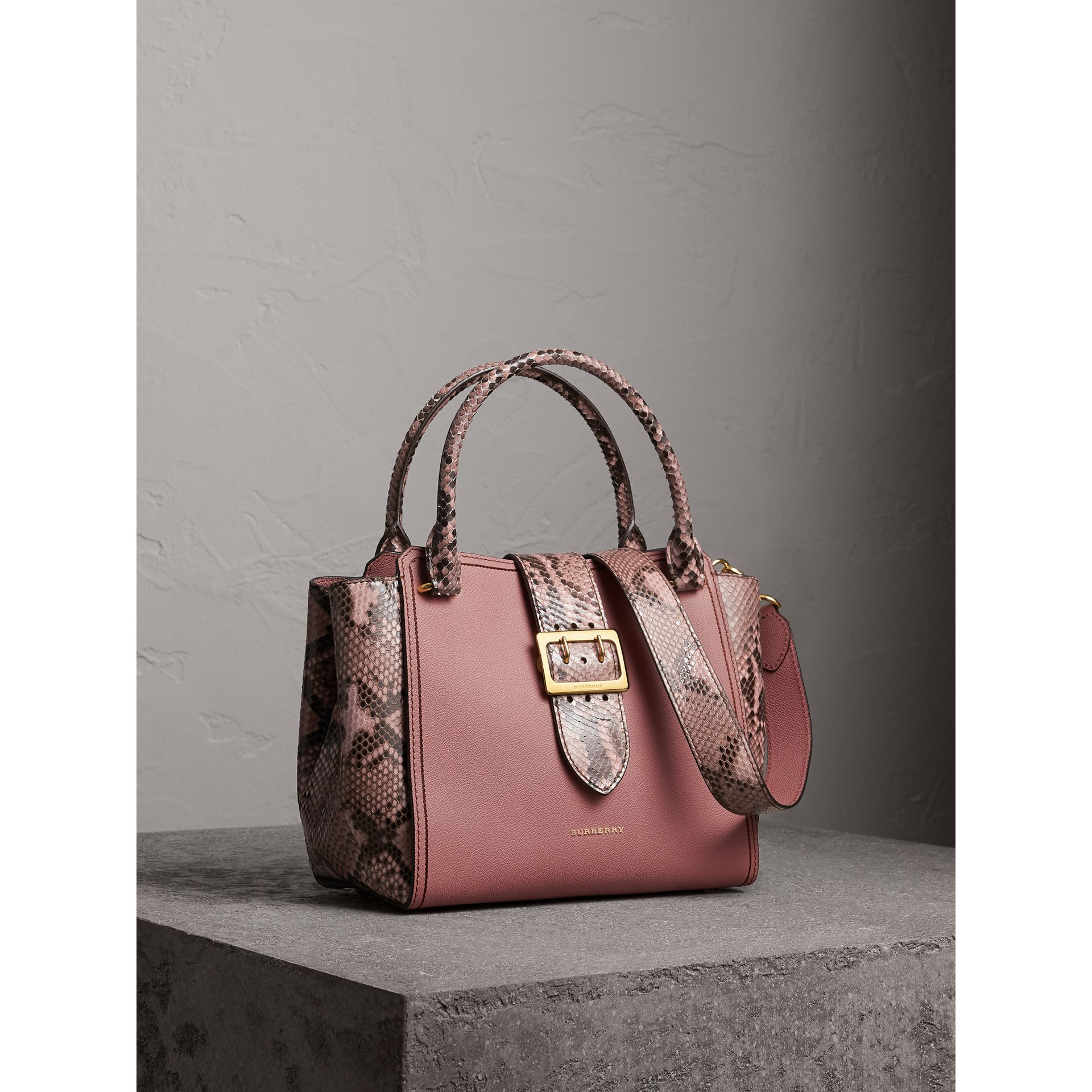 Sac tote The Buckle medium en cuir grainé et python (Rose Cendré) - Femme | Burberry - photo de la galerie 1