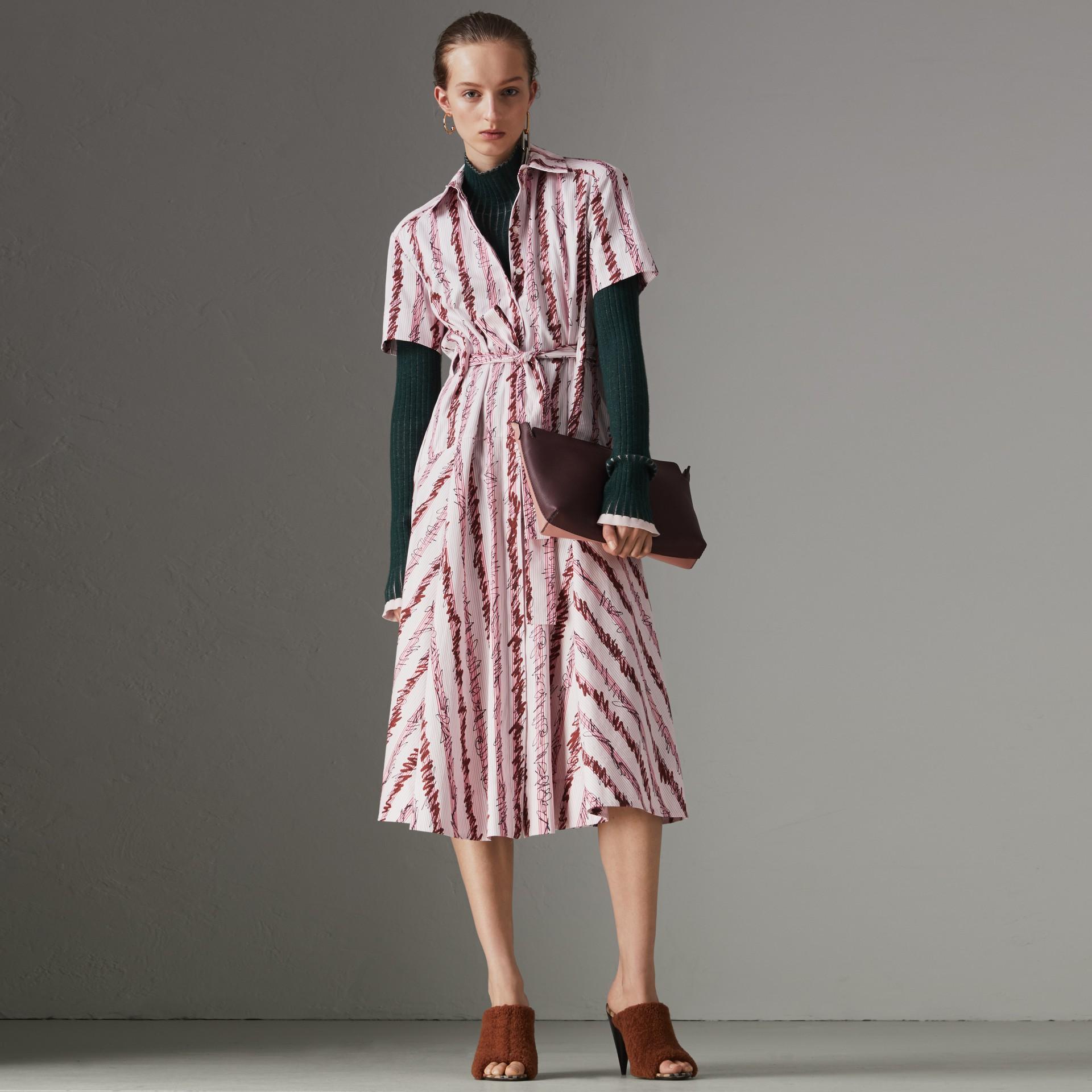 Robe chemise en coton à motif rayé griffonné (Rose Clair) - Femme | Burberry - photo de la galerie 0