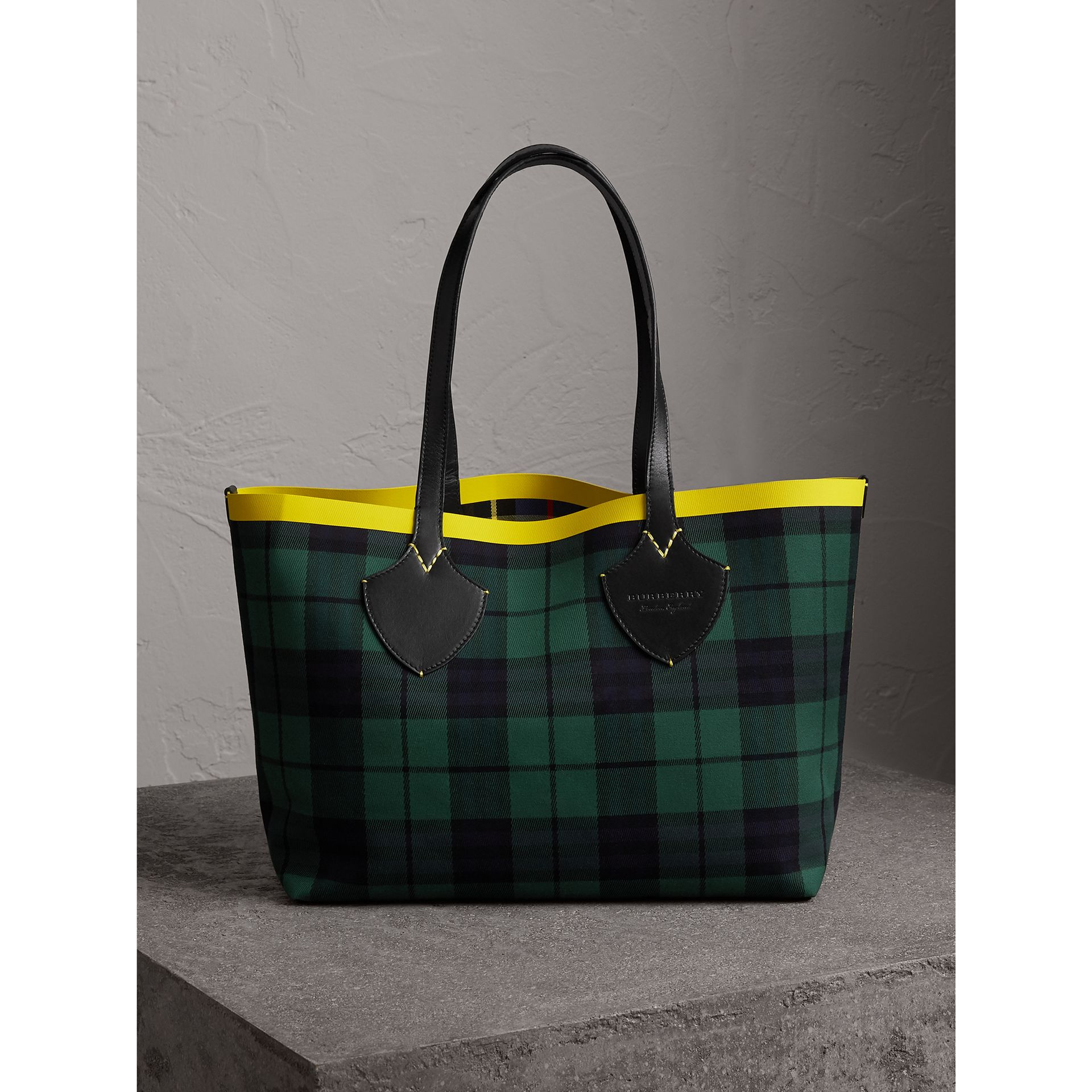 The Medium Giant Reversible Tote in Tartan Cotton in Racing Green/cobalt Blue | Burberry - gallery image 1