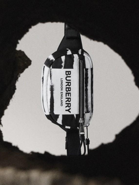 Marsupio Cannon piccolo in ECONYL® con stampa acquerello (Nero/bianco)