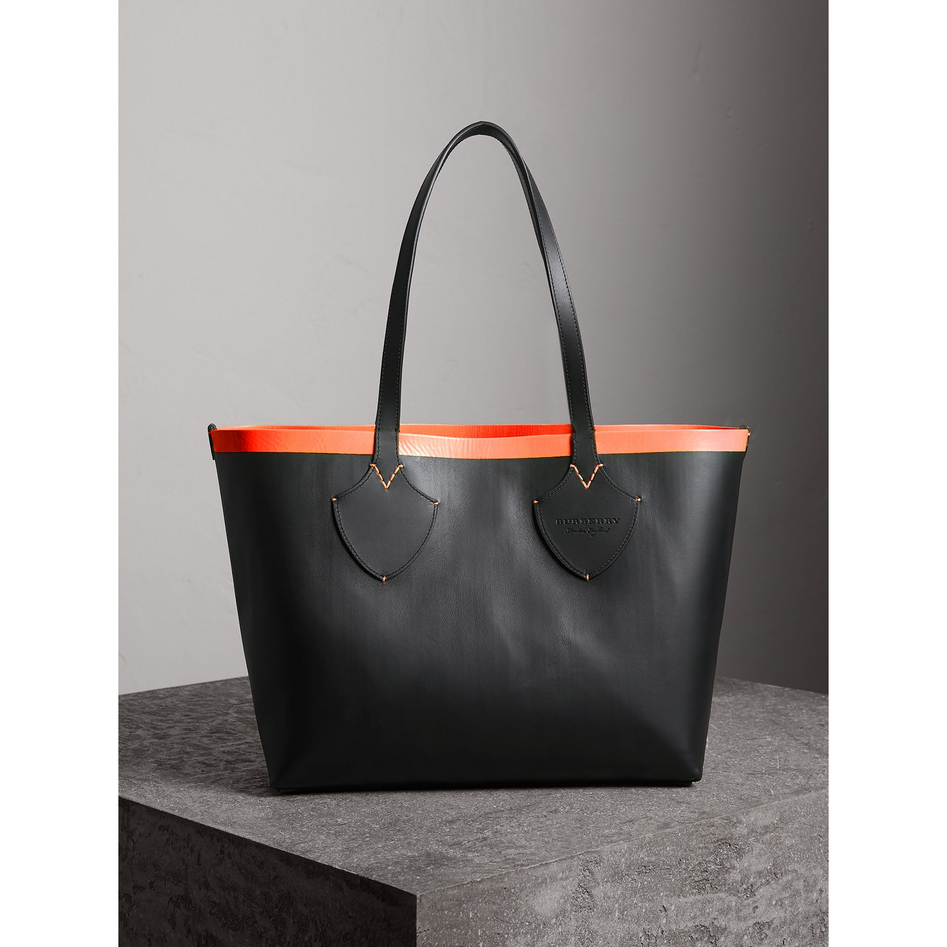 The Medium Giant Reversible Tote in Canvas and Leather in Black/neon Orange | Burberry - gallery image 2