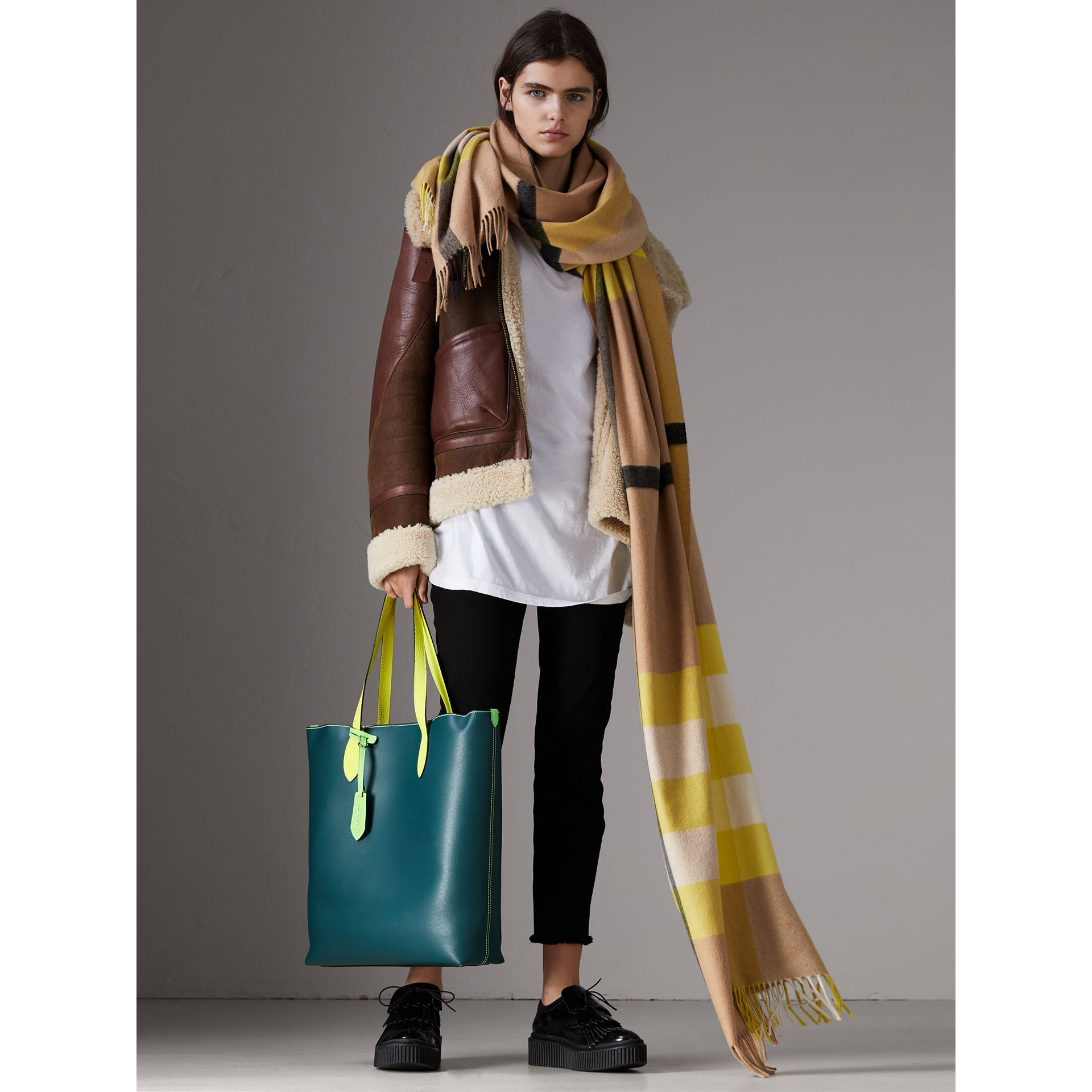 Medium Two-tone Coated Leather Tote in Dark Teal | Burberry United States - gallery image 2