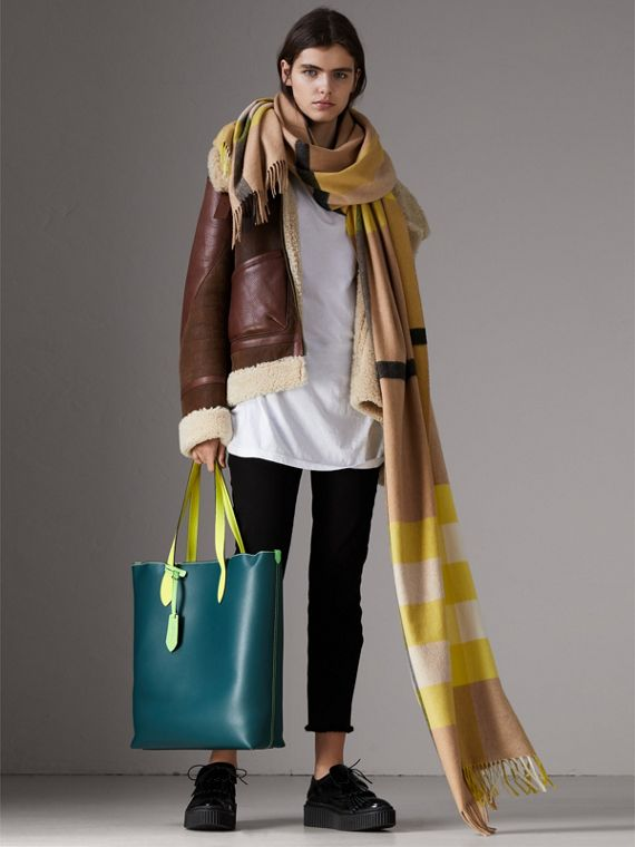 Medium Two-tone Coated Leather Tote in Dark Teal | Burberry - cell image 2