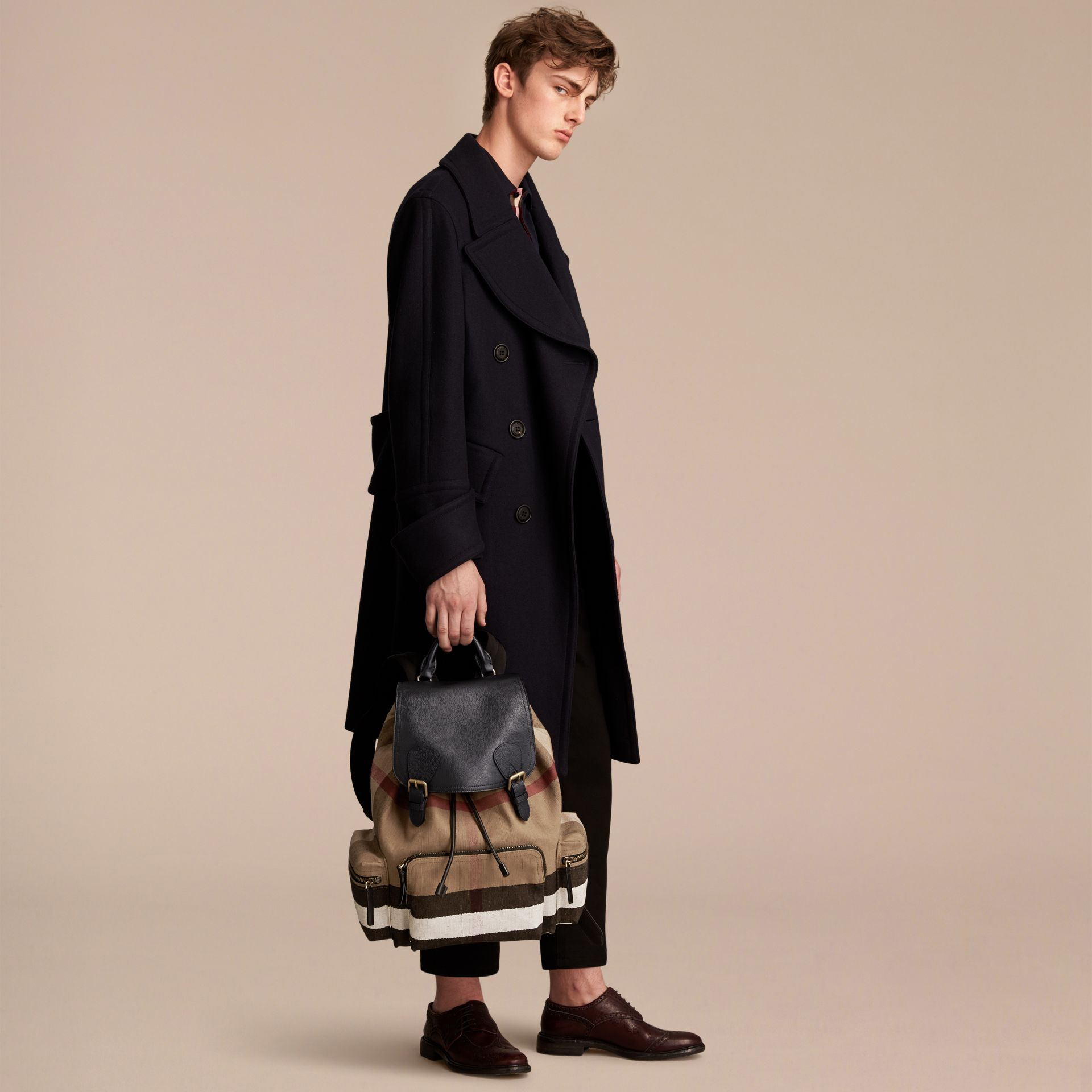 Grand sac The Rucksack en toile Canvas check et cuir (Classique) - Homme | Burberry - photo de la galerie 3