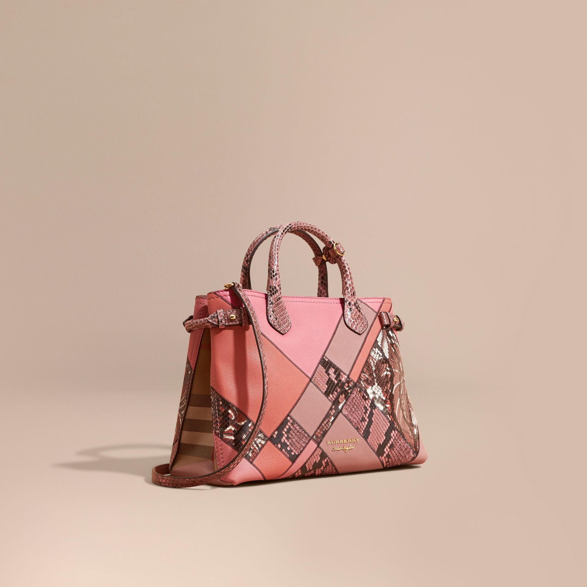 Sac The Banner medium en cuir et python façon patchwork (Rose Cendré) - Femme | Burberry - photo de la galerie 1