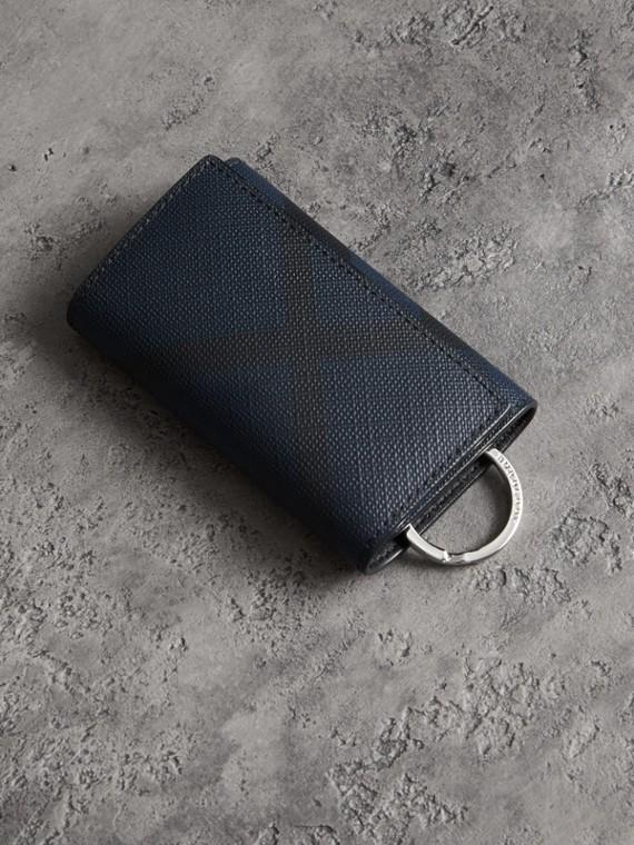 皮製飾邊 London 格紋鑰匙包 (海軍藍/黑色)