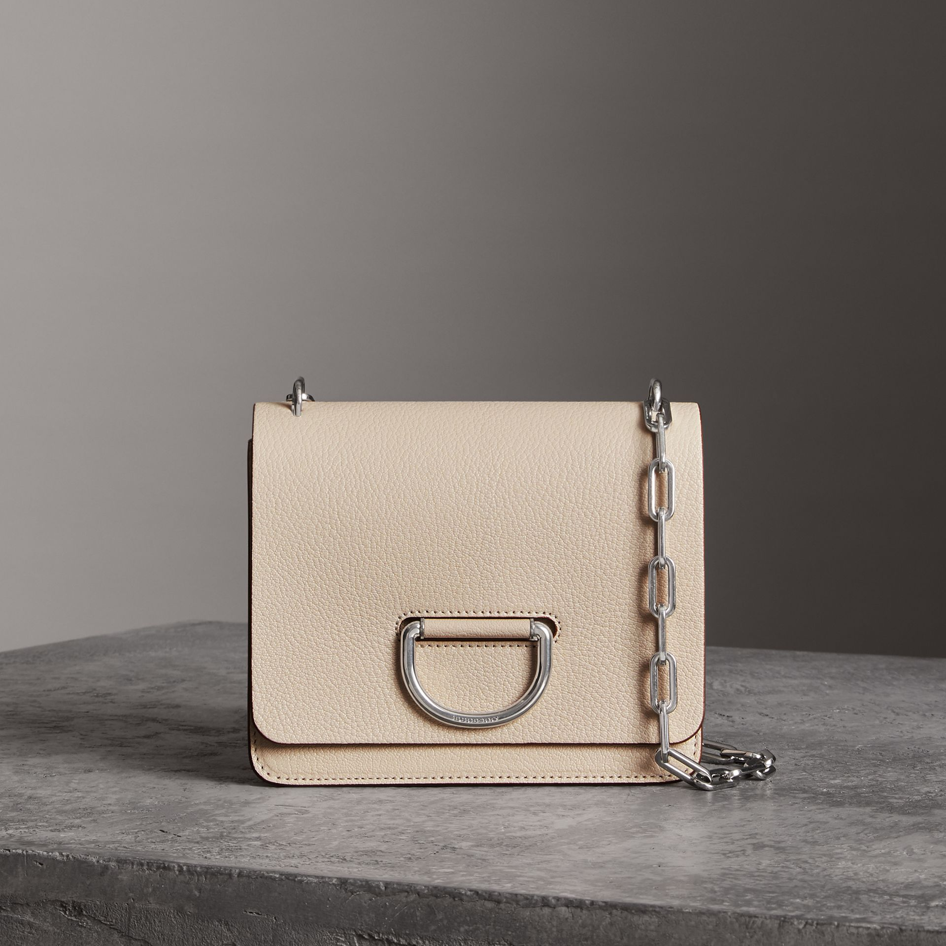 Petit sac The D-ring en cuir (Stone) - Femme | Burberry - photo de la galerie 0