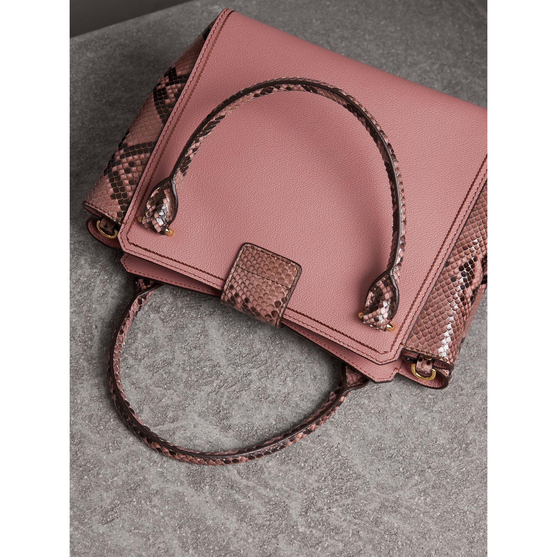 Sac tote The Buckle medium en cuir grainé et python (Rose Cendré) - Femme | Burberry - photo de la galerie 5