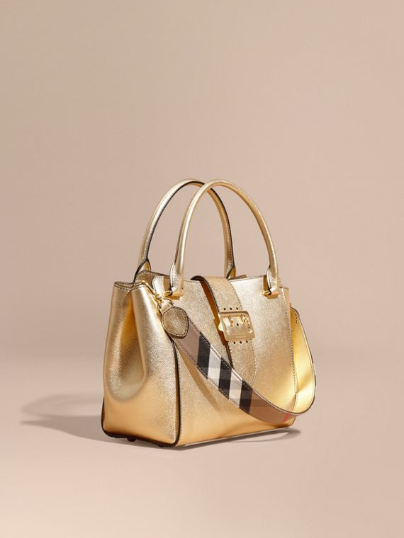 The Medium Buckle Tote aus Metallic-Leder
