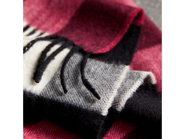 The Large Classic Cashmere Scarf in Check in Fuchsia Pink | Burberry - cell image 4