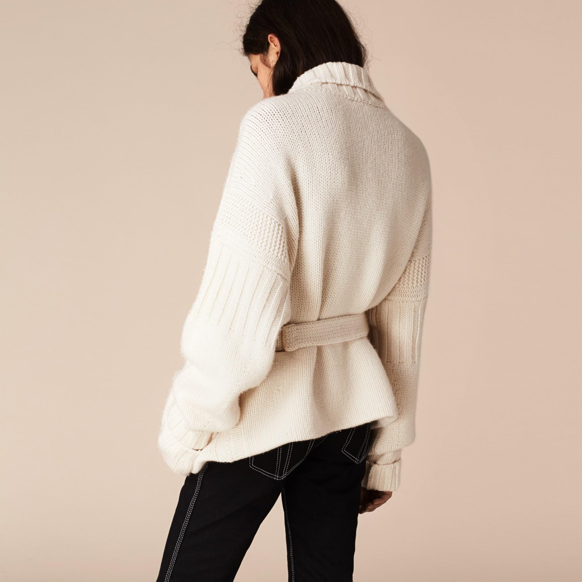 Bianco Cardigan in cashmere lavorato a maglia con cintura - immagine della galleria 3