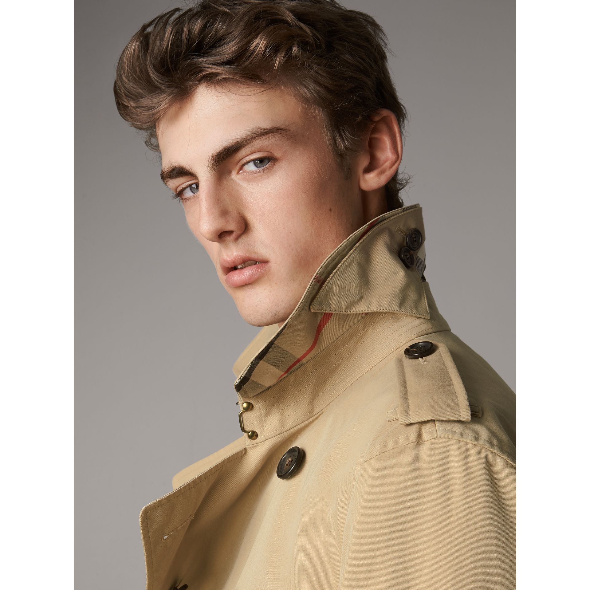 The Kensington – Short Heritage Trench Coat in Honey - Men | Burberry - gallery image 5