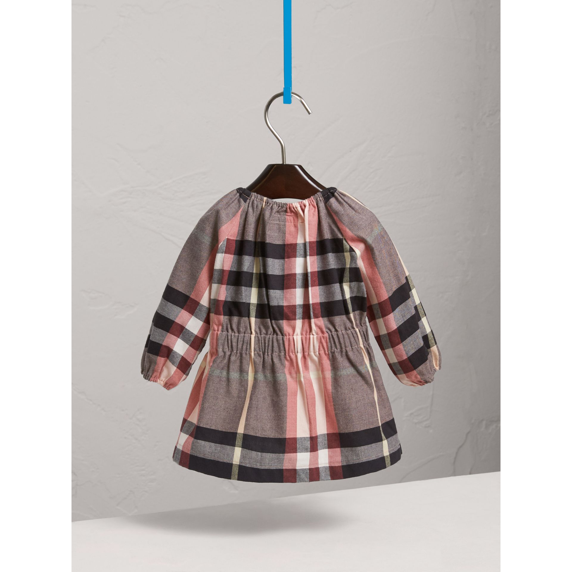 Robe en flanelle de coton à motif check et fronces (Rose Cendré) | Burberry - photo de la galerie 4