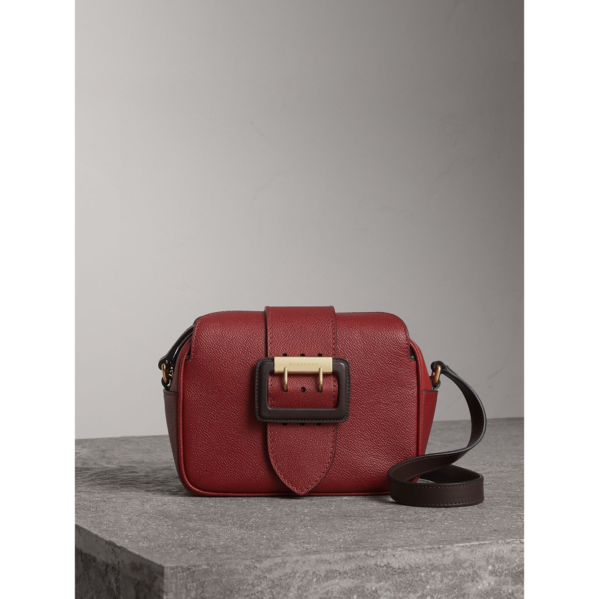 Petit sac à bandoulière The Buckle en cuir bicolore (Rouge Antique) - Femme | Burberry - photo de la galerie 1