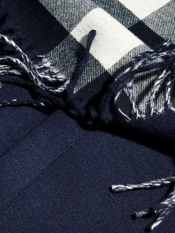 Bleu indigo Étole en laine mérinos et cachemire à franges Bleu Indigo - cell image 2