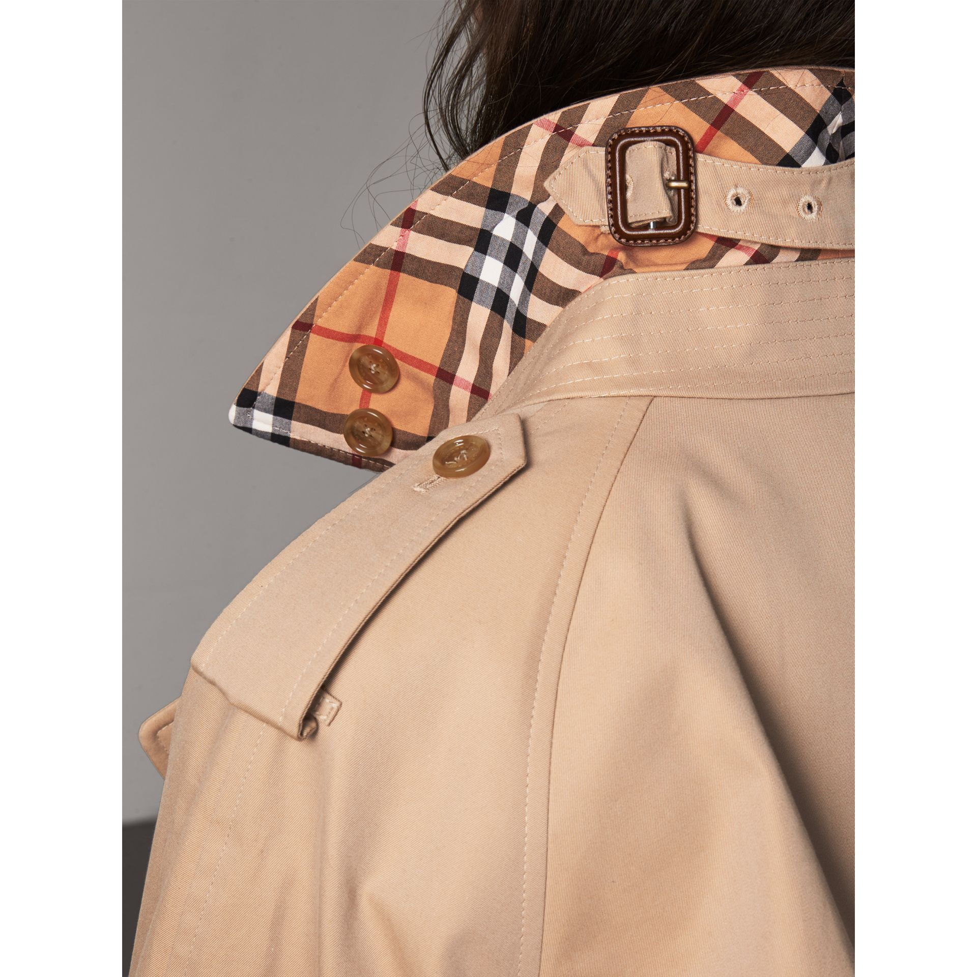 Trench coat in gabardine di cotone con bottoni decorati (Miele) - Donna | Burberry - immagine della galleria 6