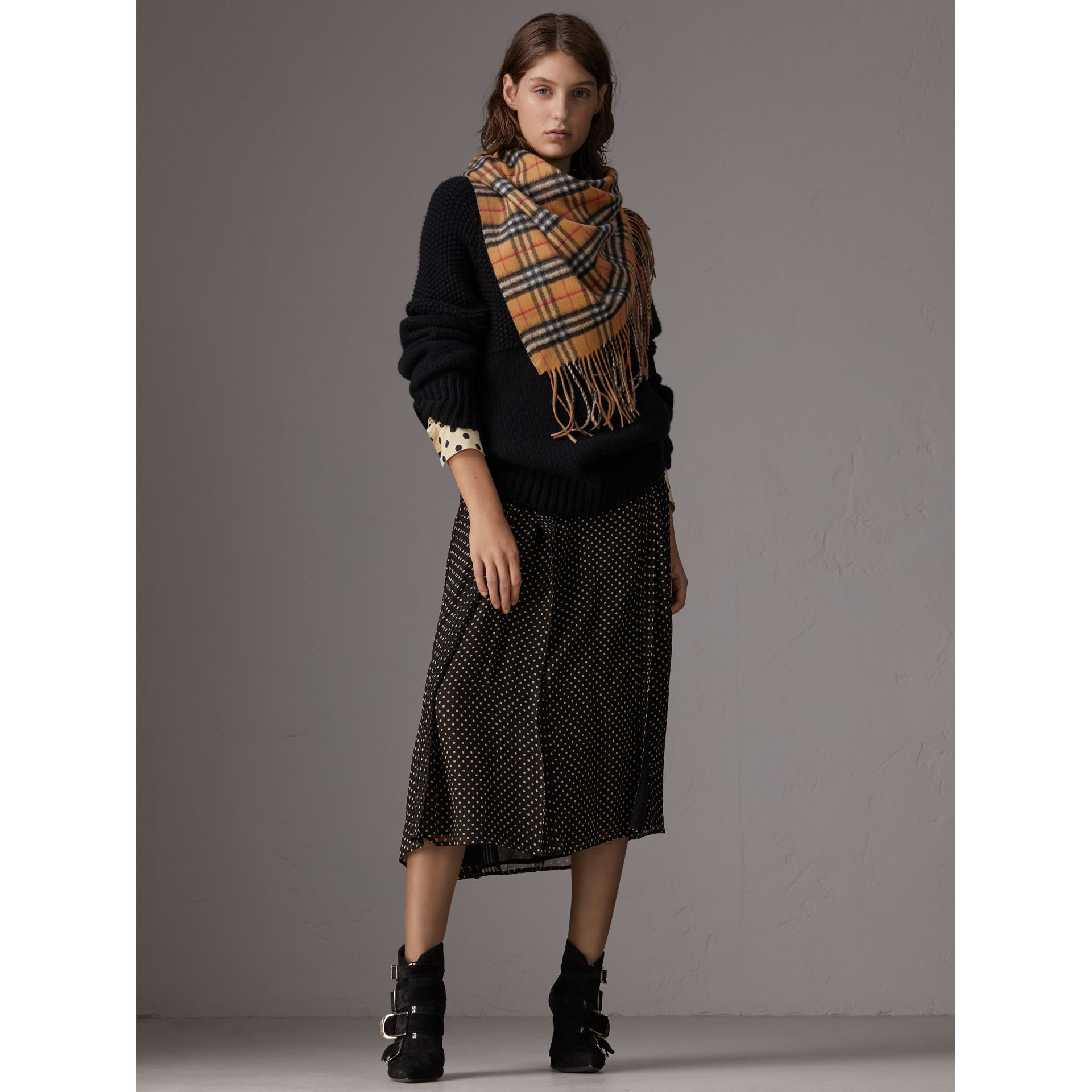 The Burberry Bandana in cashmere con motivo Vintage check (Arenaria) | Burberry - immagine della galleria 2