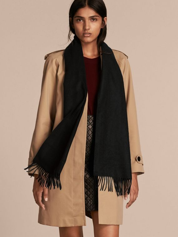 The Classic Cashmere Scarf in Black - cell image 2