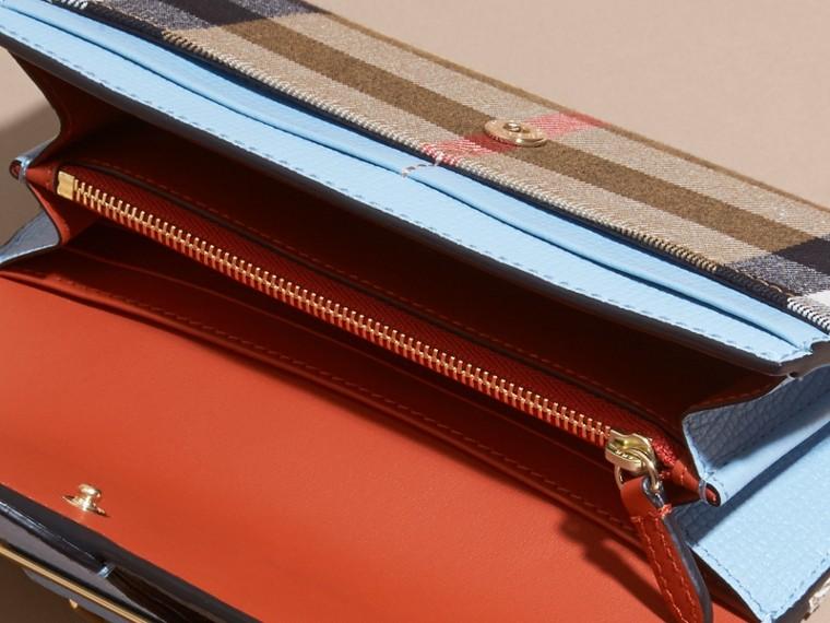 Azul pálido/naranja vibrante Cartera continental con motivo de House Checks y estampado de rosa peonía Azul Pálido/naranja Vibrante - cell image 4