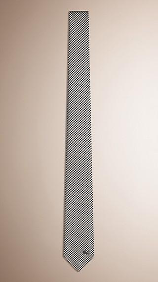 Gravata slim de seda com estampa xadrez pequena em trama jacquard