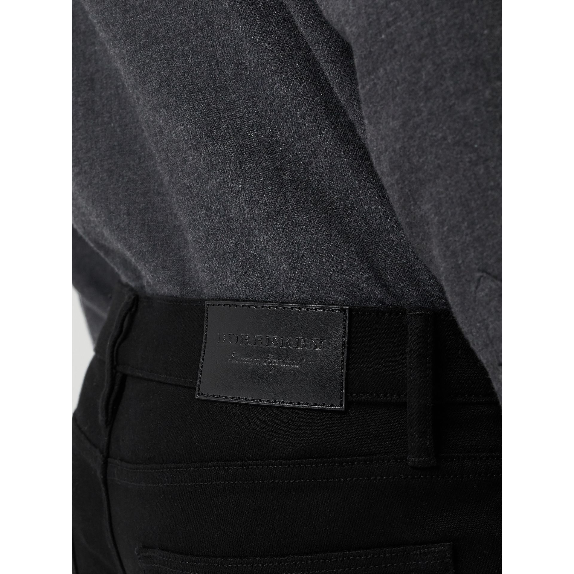 Jean denim extensible de coupe droite (Noir) - Homme | Burberry - photo de la galerie 1