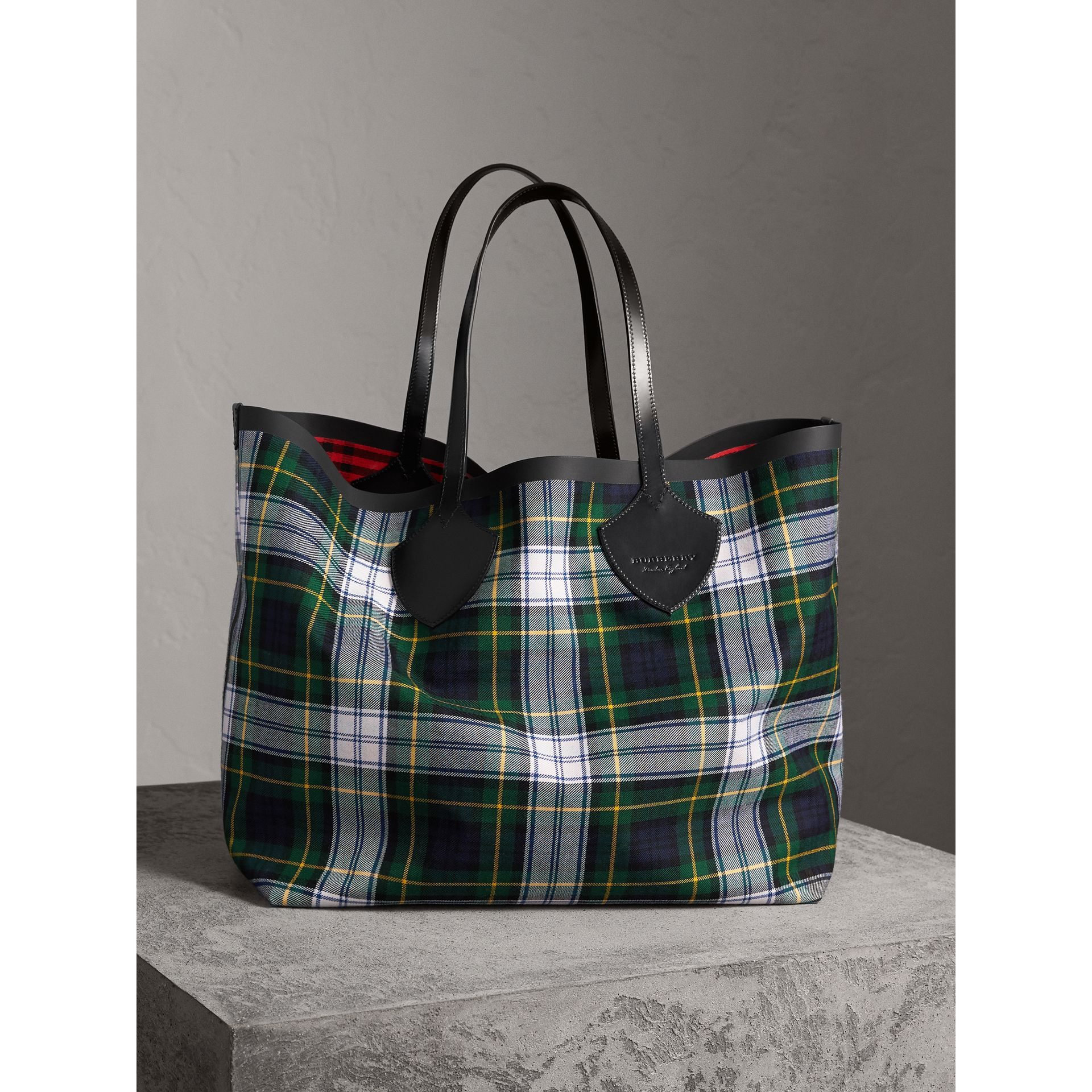 The Giant Reversible Tote in Tartan Cotton in Ink Blue/military Red | Burberry - gallery image 0