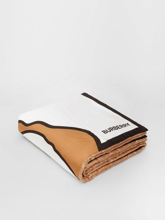 Manta de cetim de seda com estampa de unicórnio e monograma em jacquard (Camel)