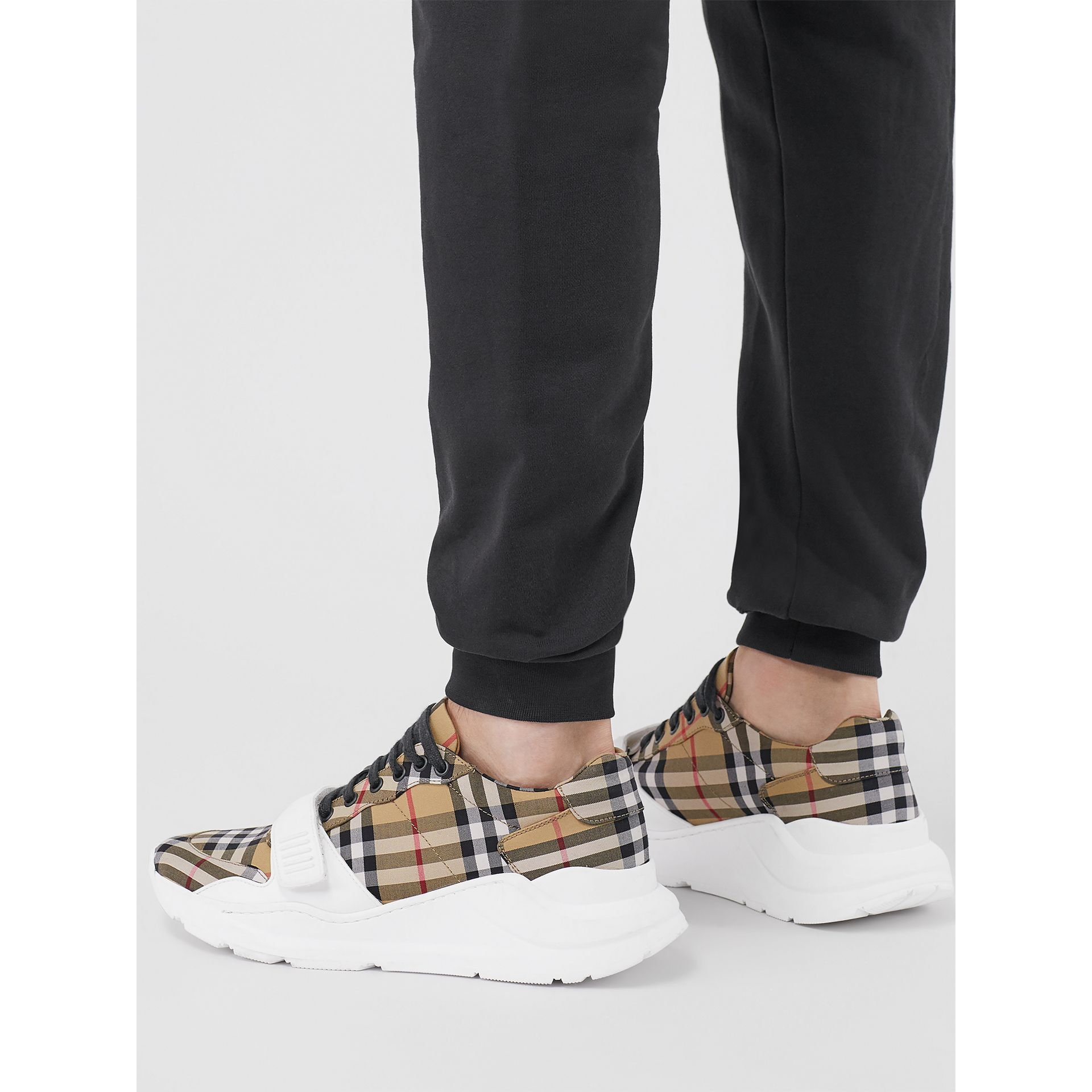Sneakers en coton Vintage check (Jaune Antique) - Homme | Burberry Canada - photo de la galerie 2
