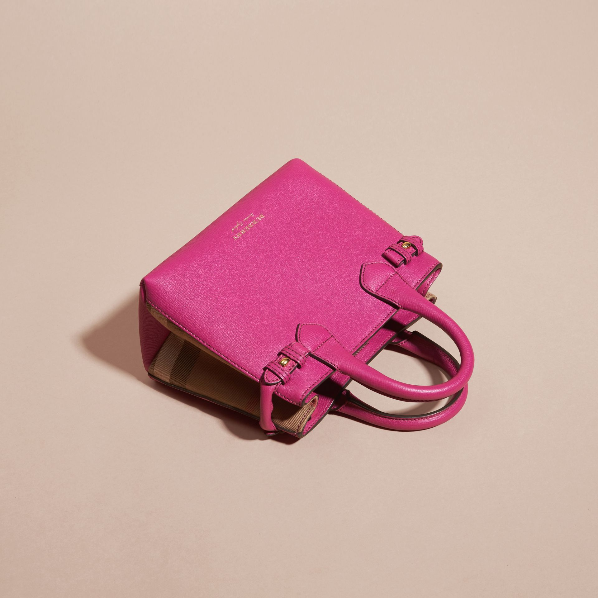 Fucsia brillante Borsa The Baby Banner in pelle con motivo House check Fucsia Brillante - immagine della galleria 7